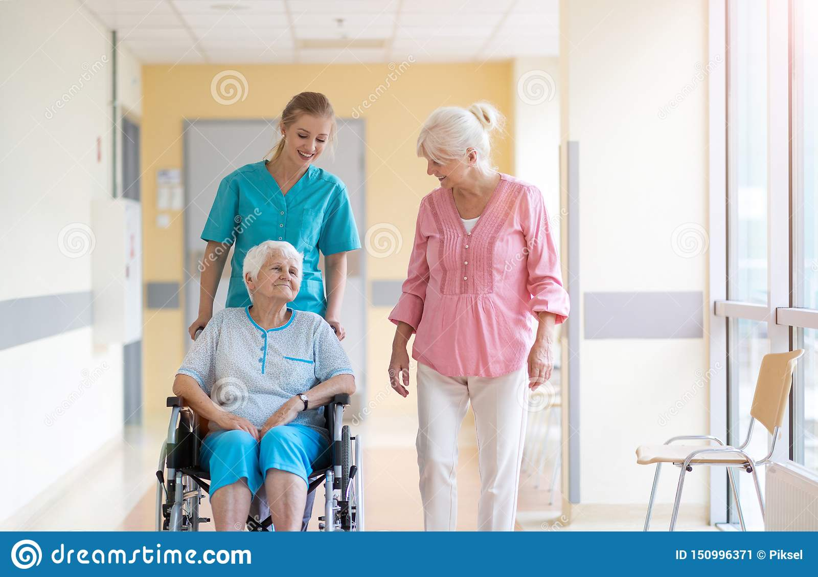 Donna senior in sedia a rotelle con l infermiere in ospedale