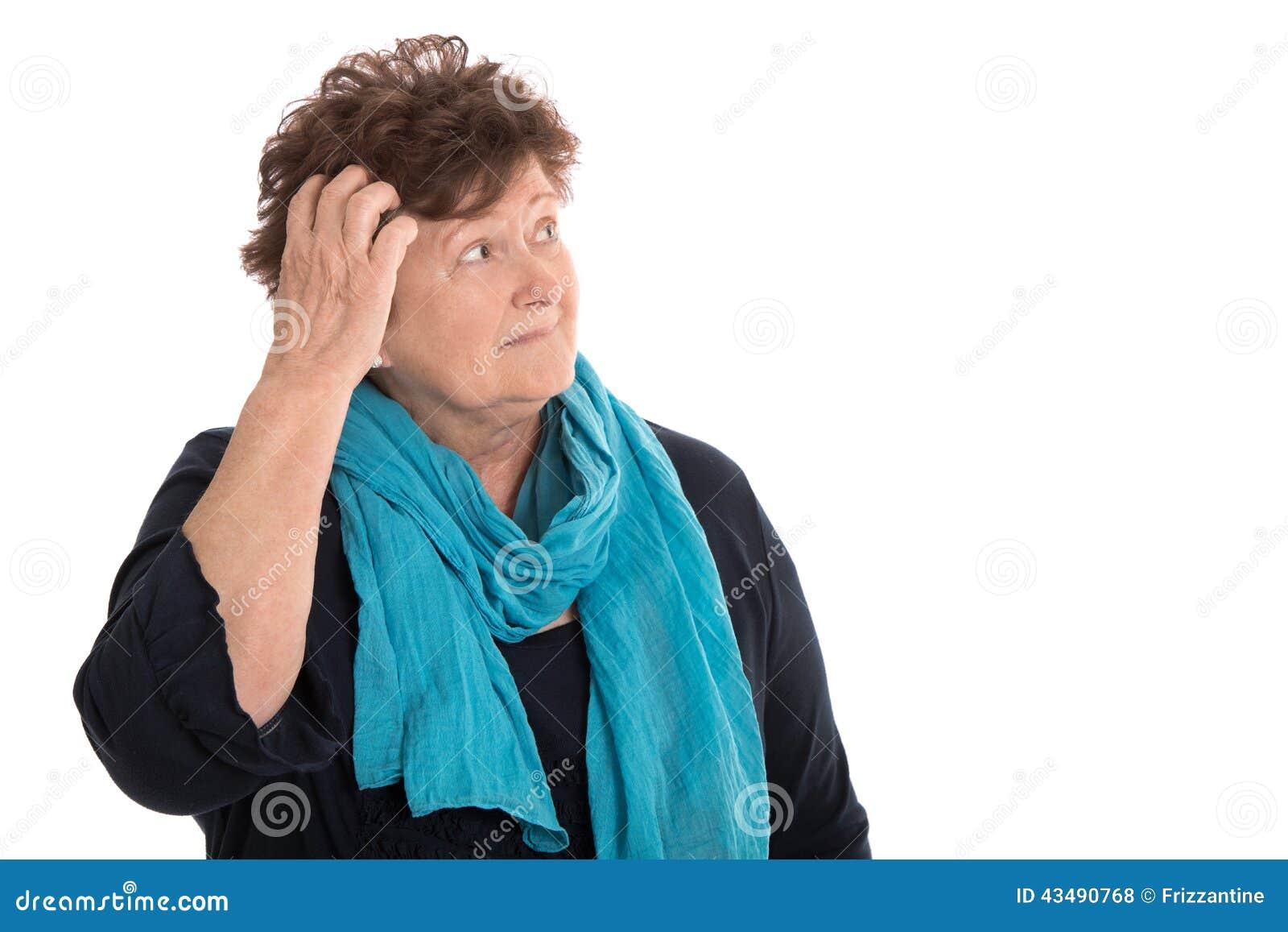 Donna senior sgomento isolata che sembra lato pensieroso e doloroso
