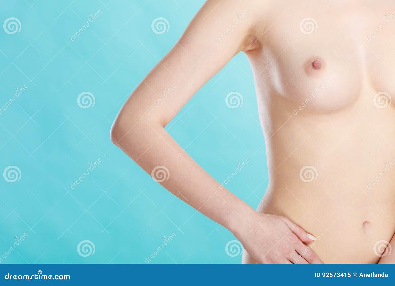 Donna sensuale nuda che mostra il suo seno