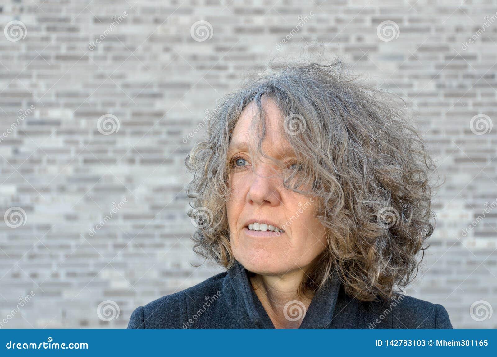Donna Seria Matura Con Capelli Scompigliati Ricci Immagine ...