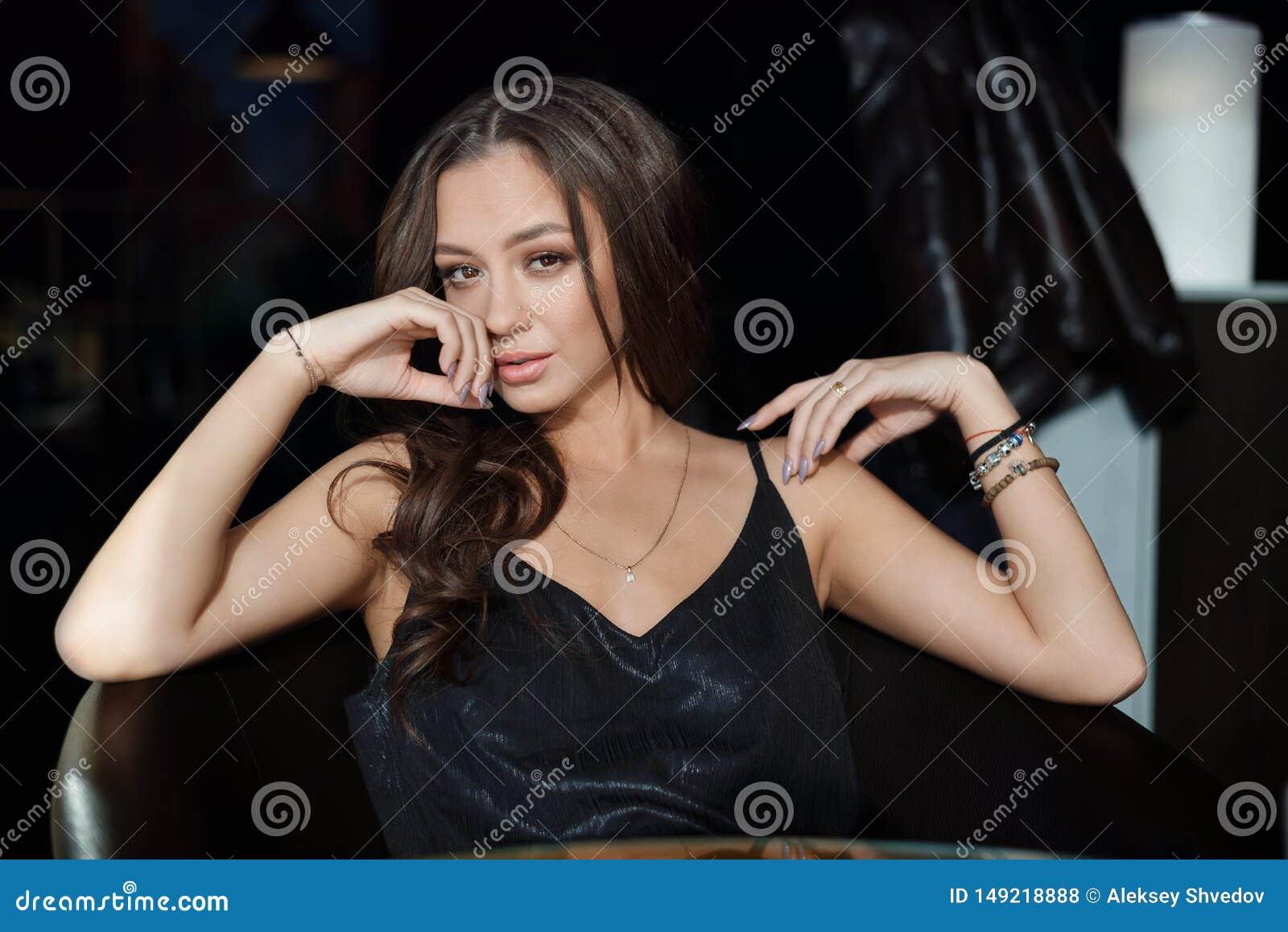 Donna sexy che aspetta qualcuno