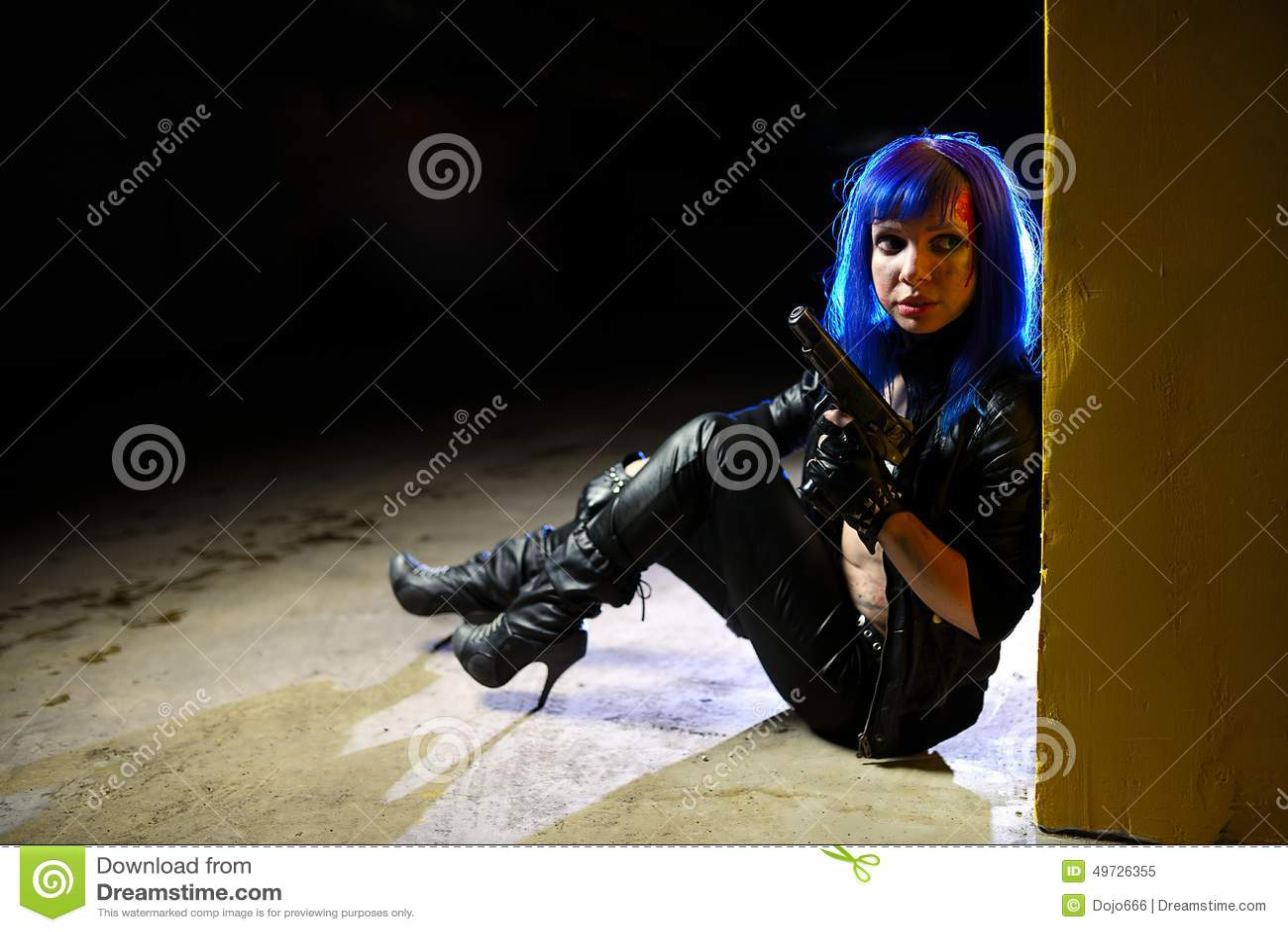 Donna Sexy Con Capelli Blu Che Tengono Due Pistole E Che ...