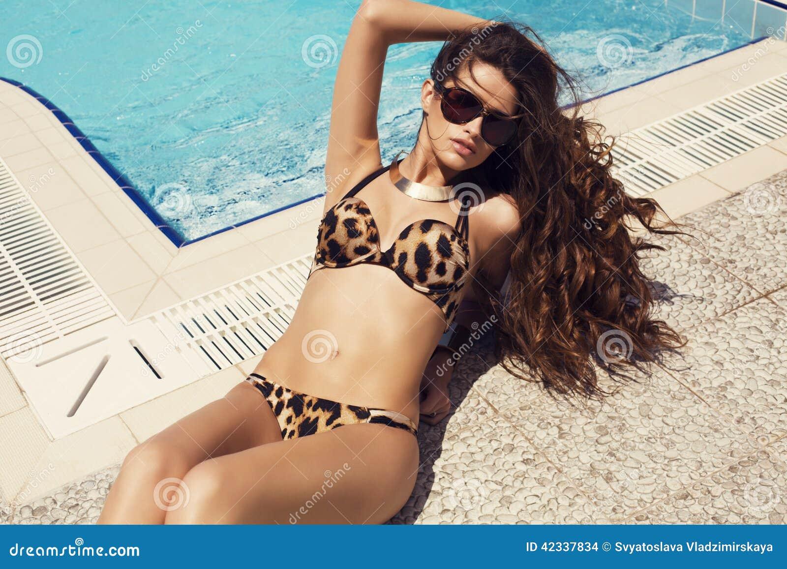 Donna Sexy Con Capelli Lunghi In Bikini Che Si Rilassa ...