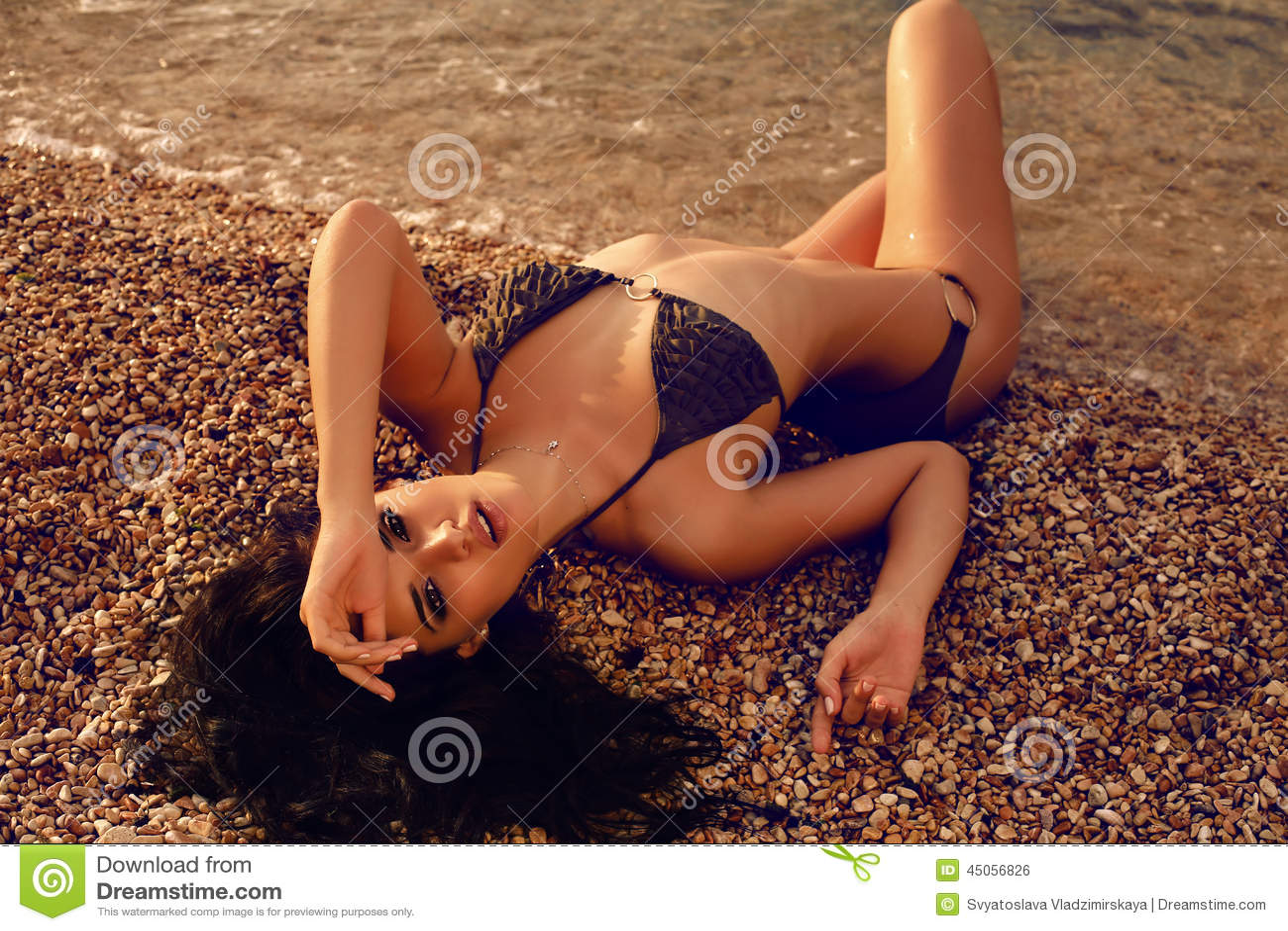 Donna Sexy Con Capelli Scuri In Bikini Che Si Trova Sulla ...