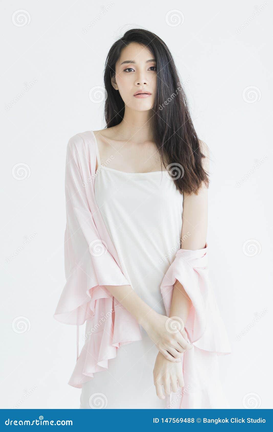 Donna sexy in pigiami che posano nell umore seducente