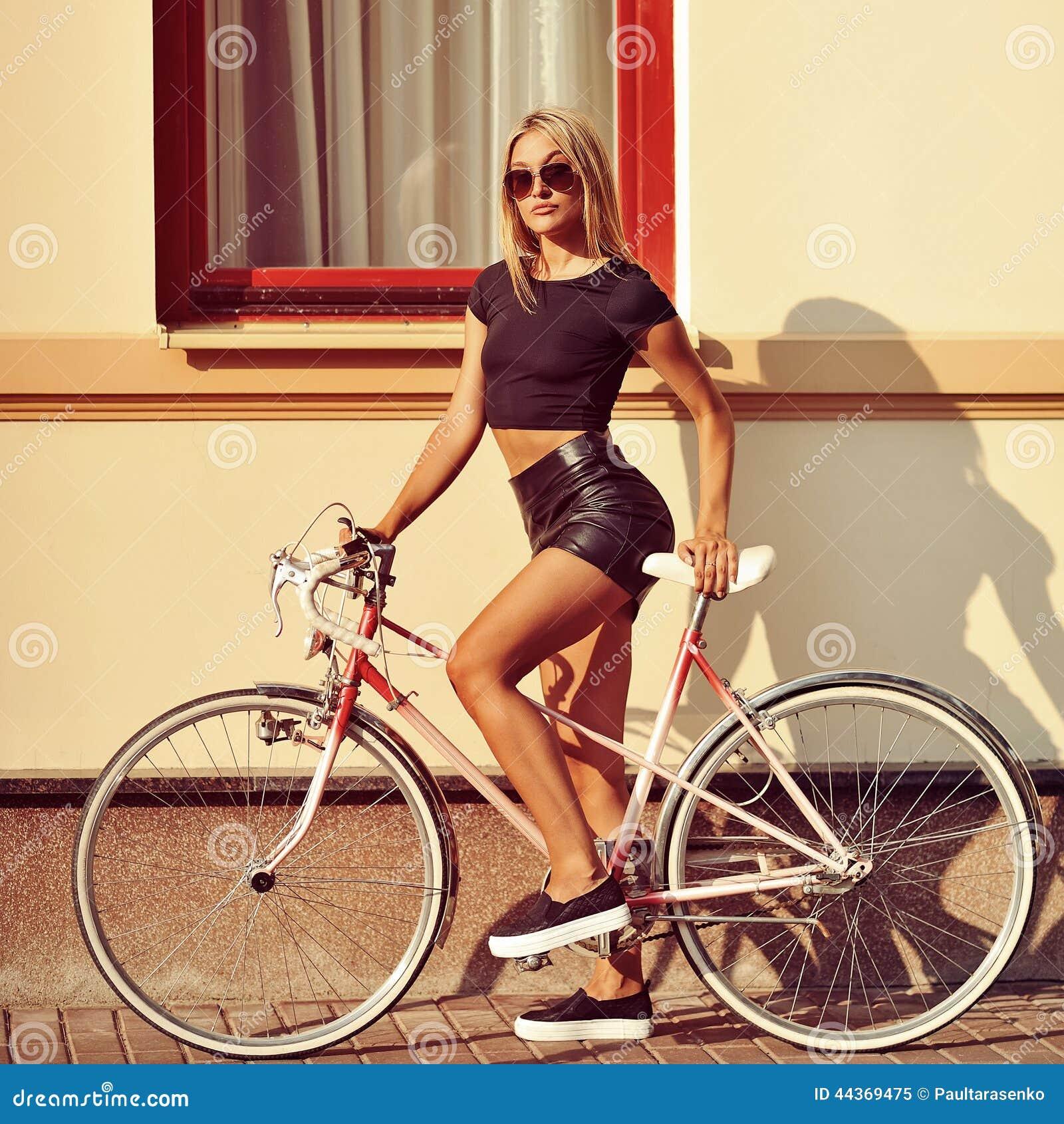 Donna sexy su una bicicletta