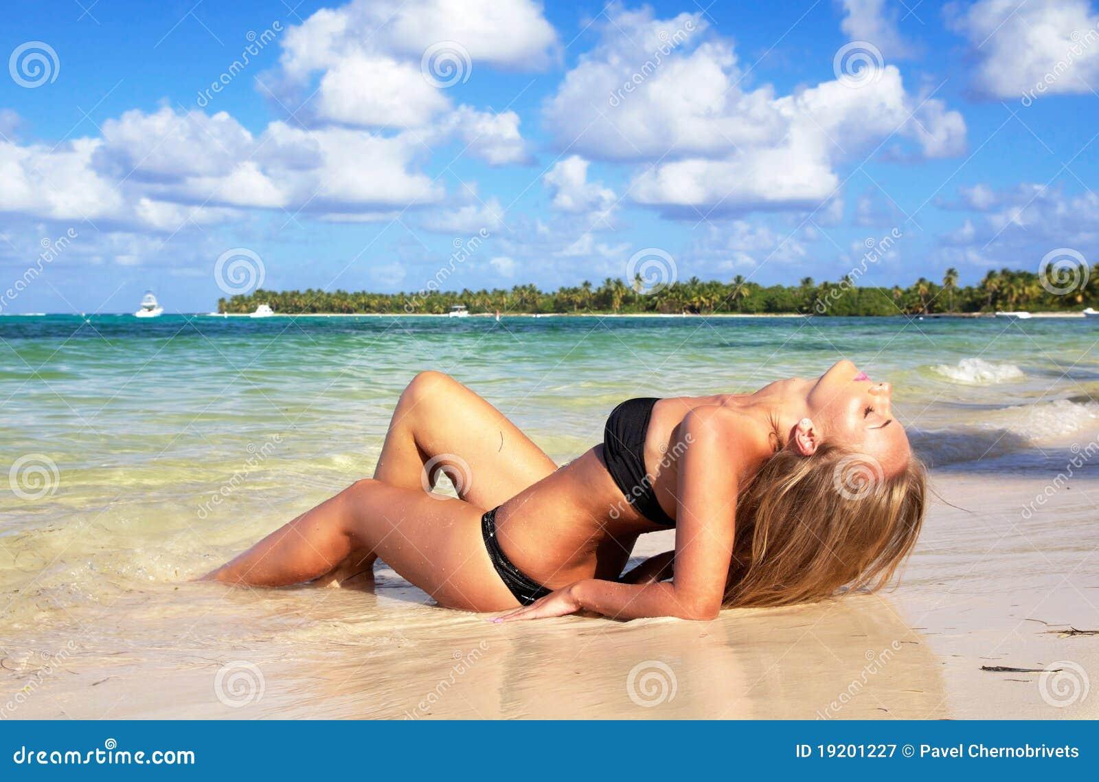 Donna sexy sulla spiaggia caraibica