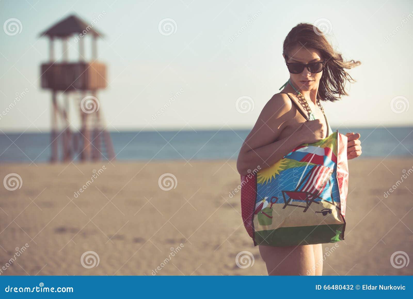 Donna sexy sulla vacanza della spiaggia con gli accessori - Alla colorazione della spiaggia ...
