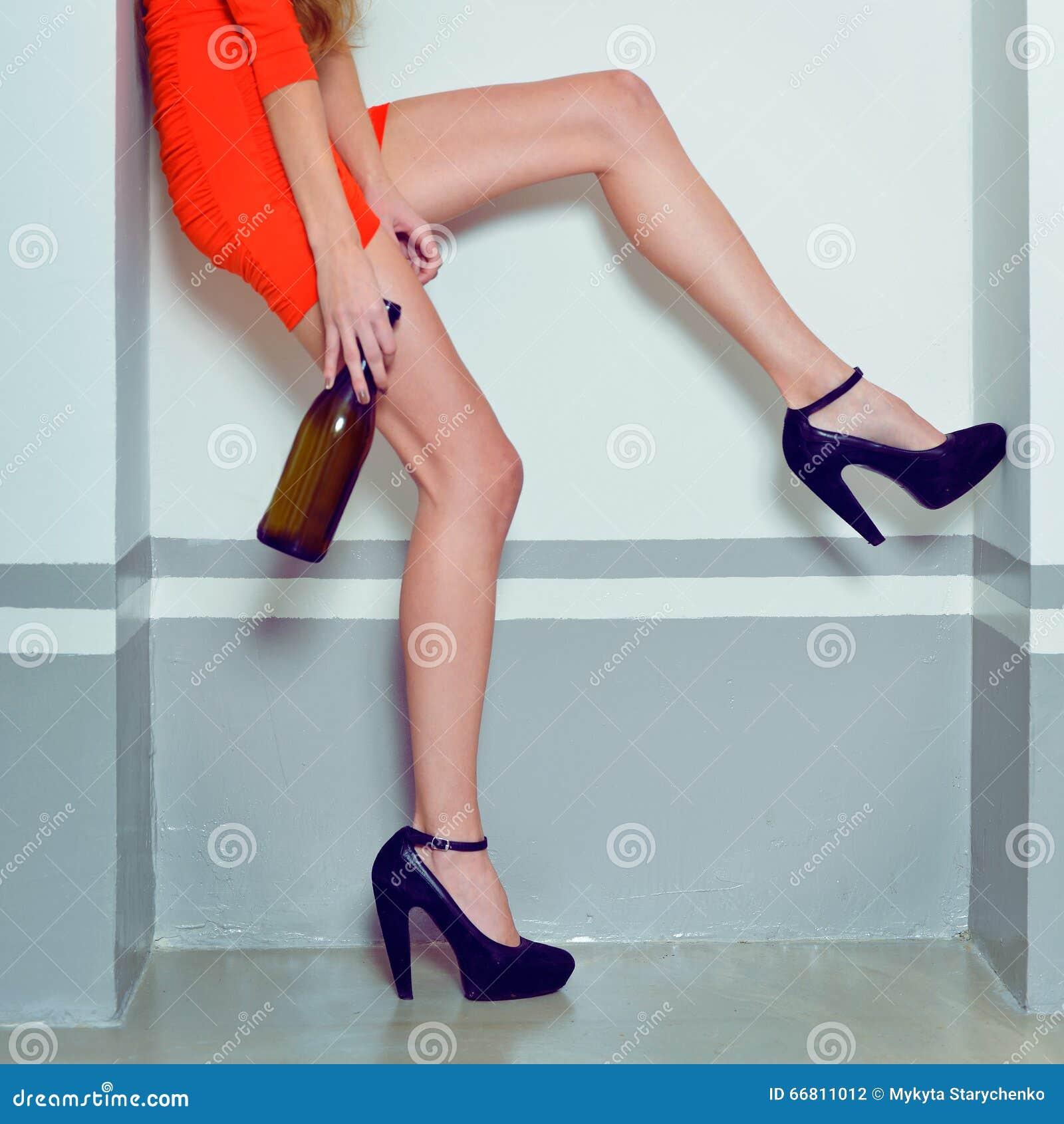 finest selection b783f 61796 Donna Sexy Ubriaca In Vestito Rosso E Tacchi Alti Da Modo ...
