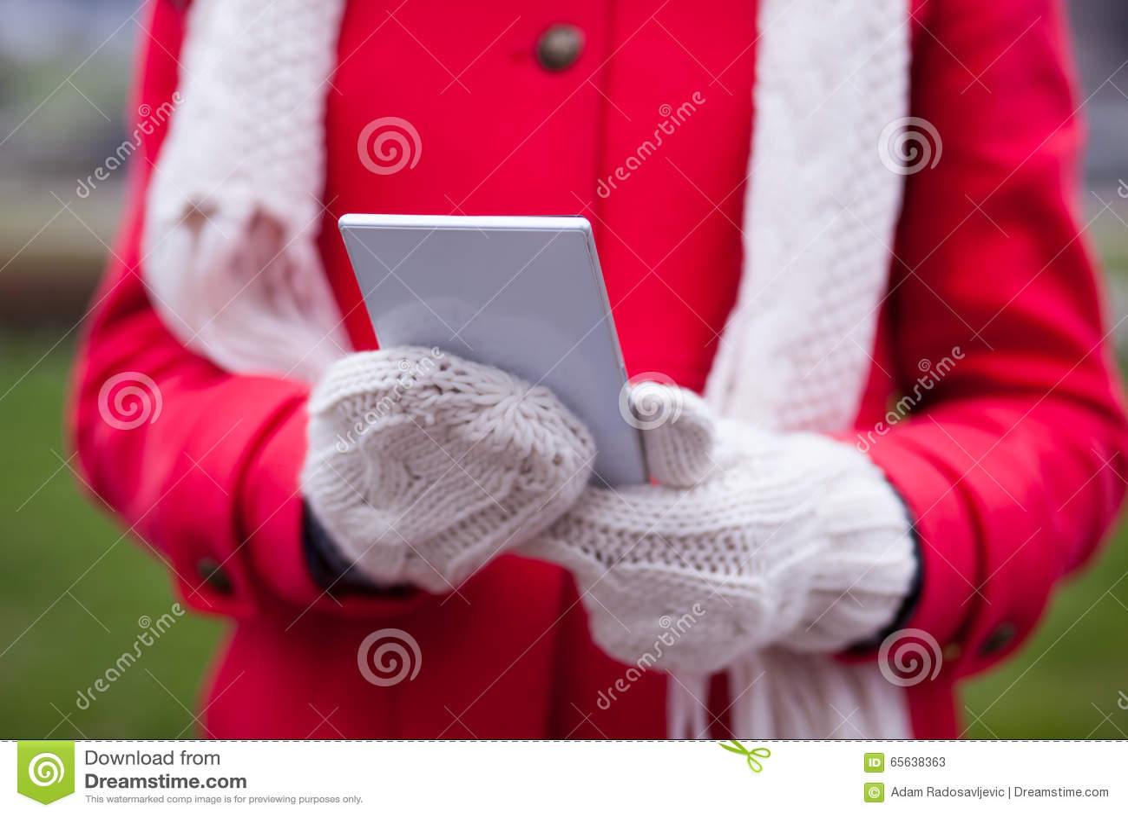 Donna in Smart Phone della tenuta dei guanti della lana