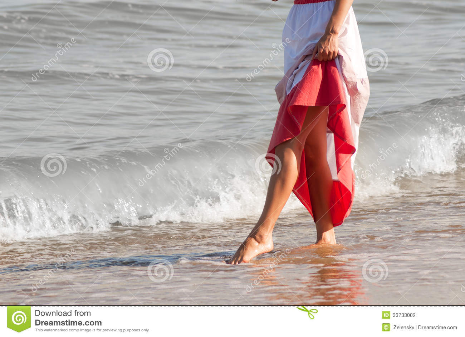 Donna sola che cammina sulla spiaggia