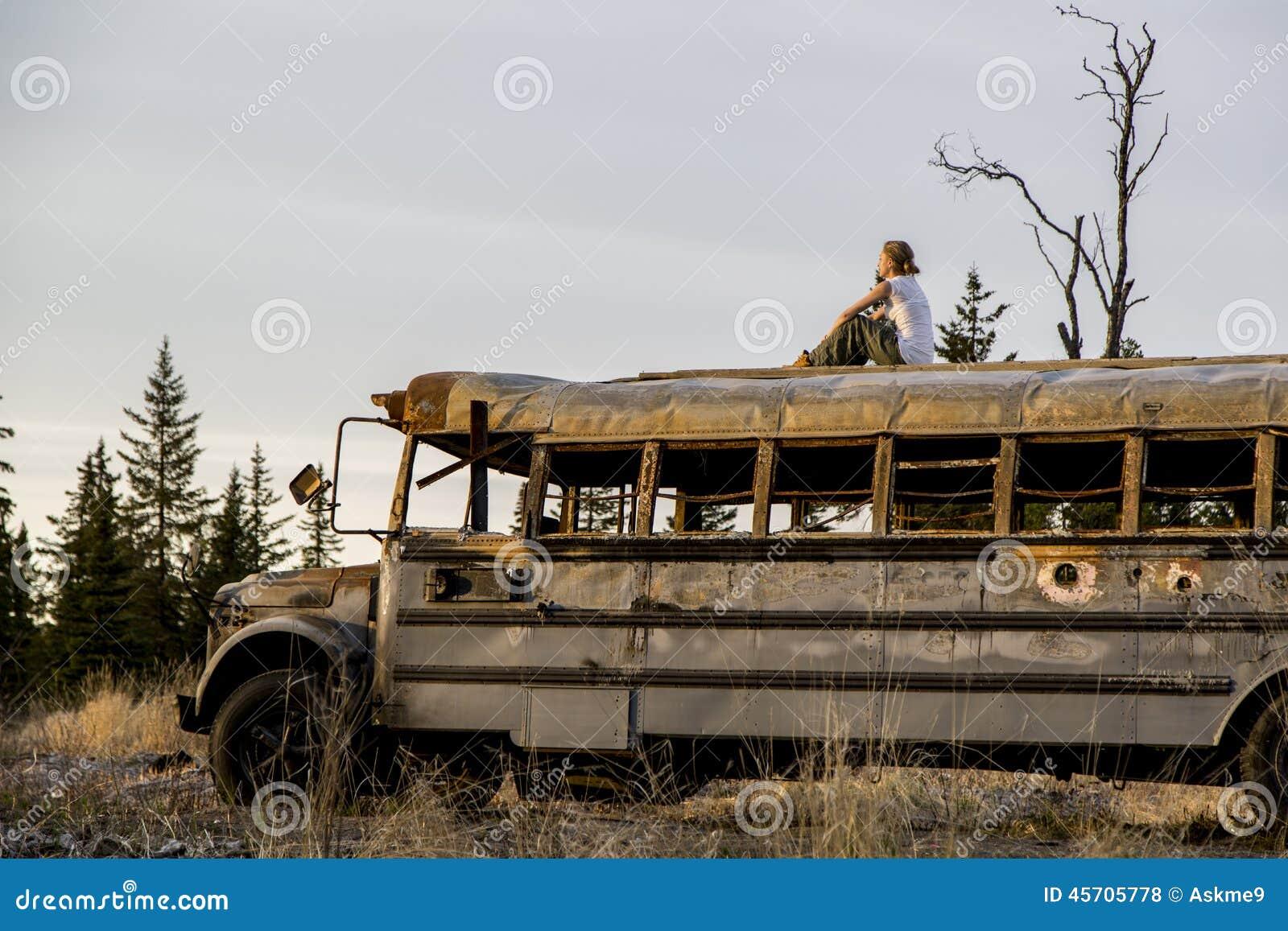 Donna sopra il vecchio bus