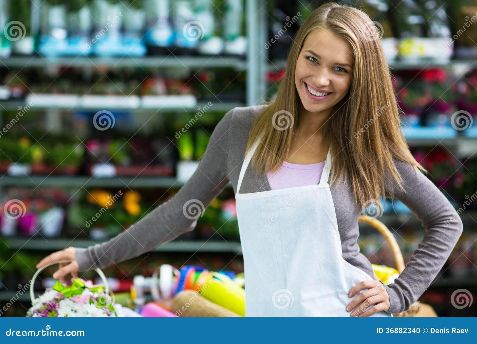 Download Donna sorridente fotografia stock. Immagine di negozio - 36882340