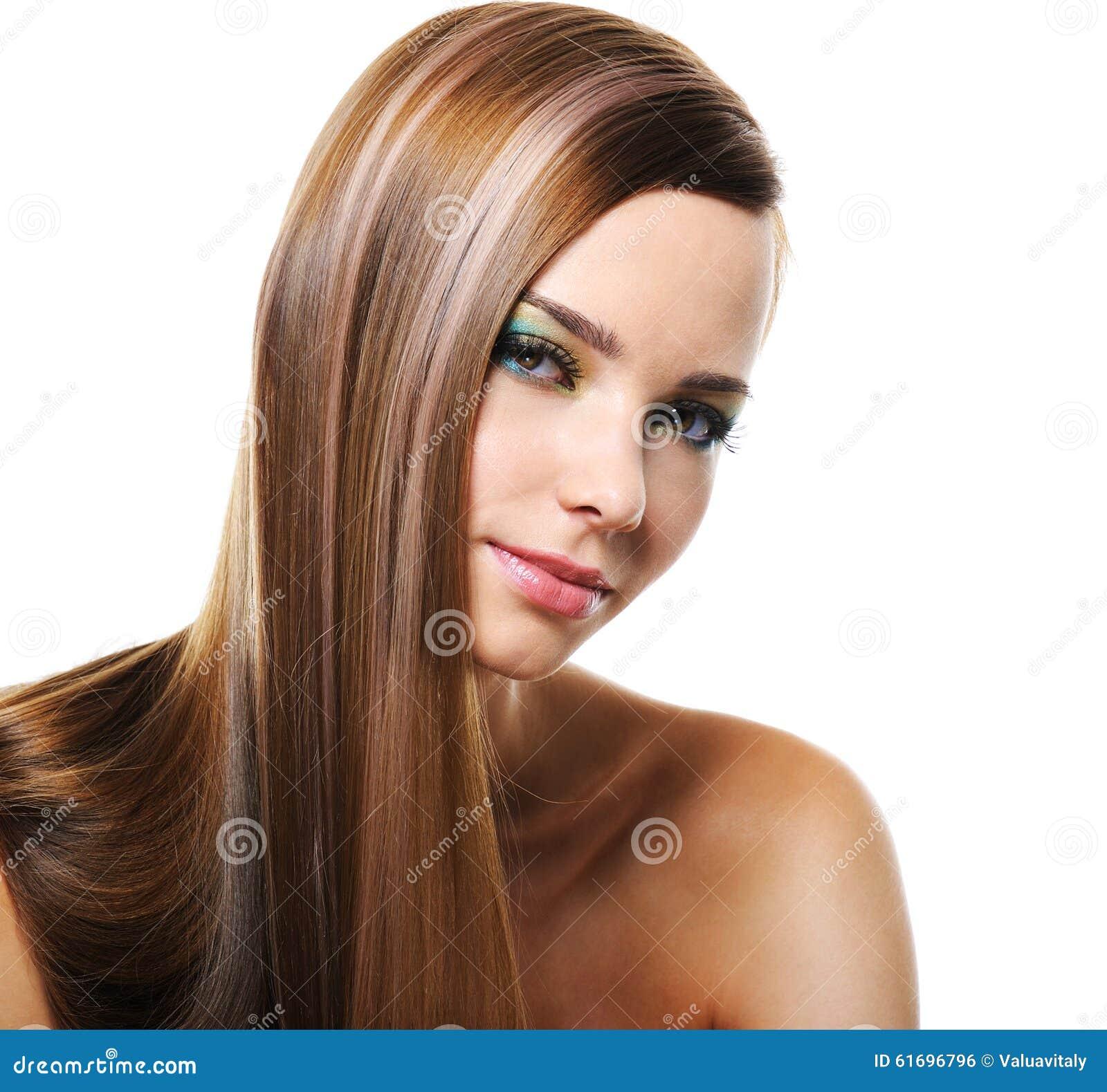 Donna sorridente con capelli lunghi diritti