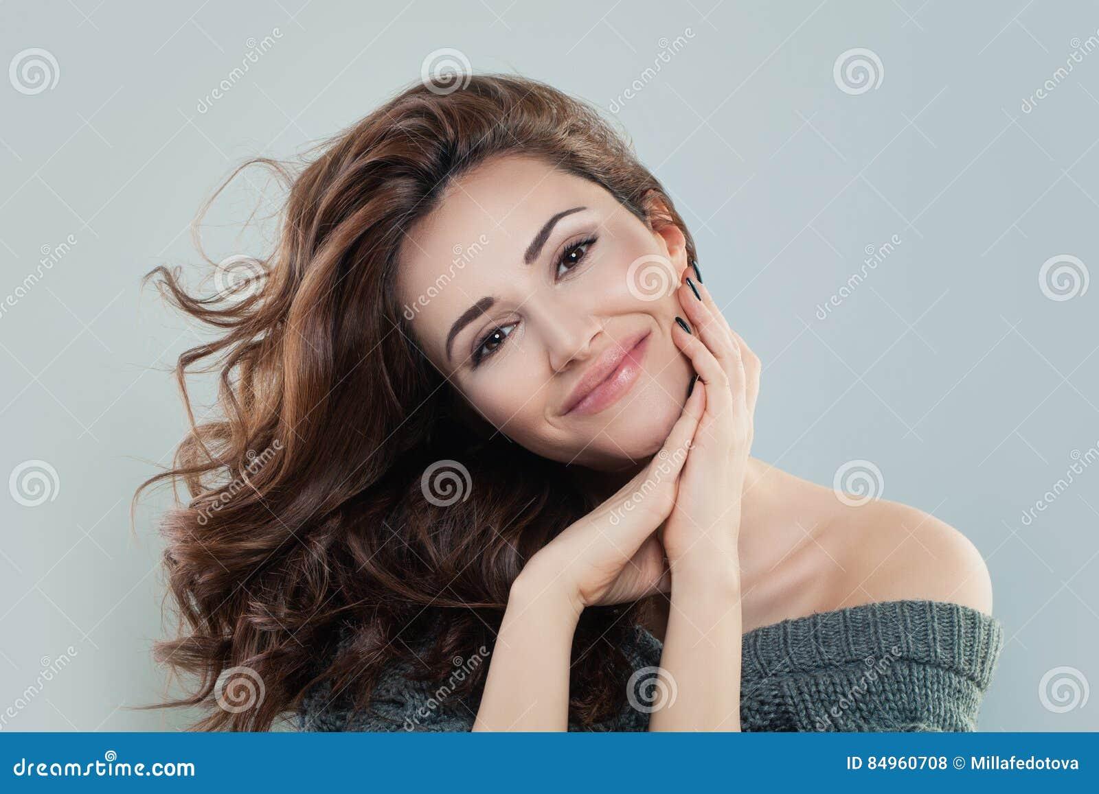 Donna sorridente con capelli ricci