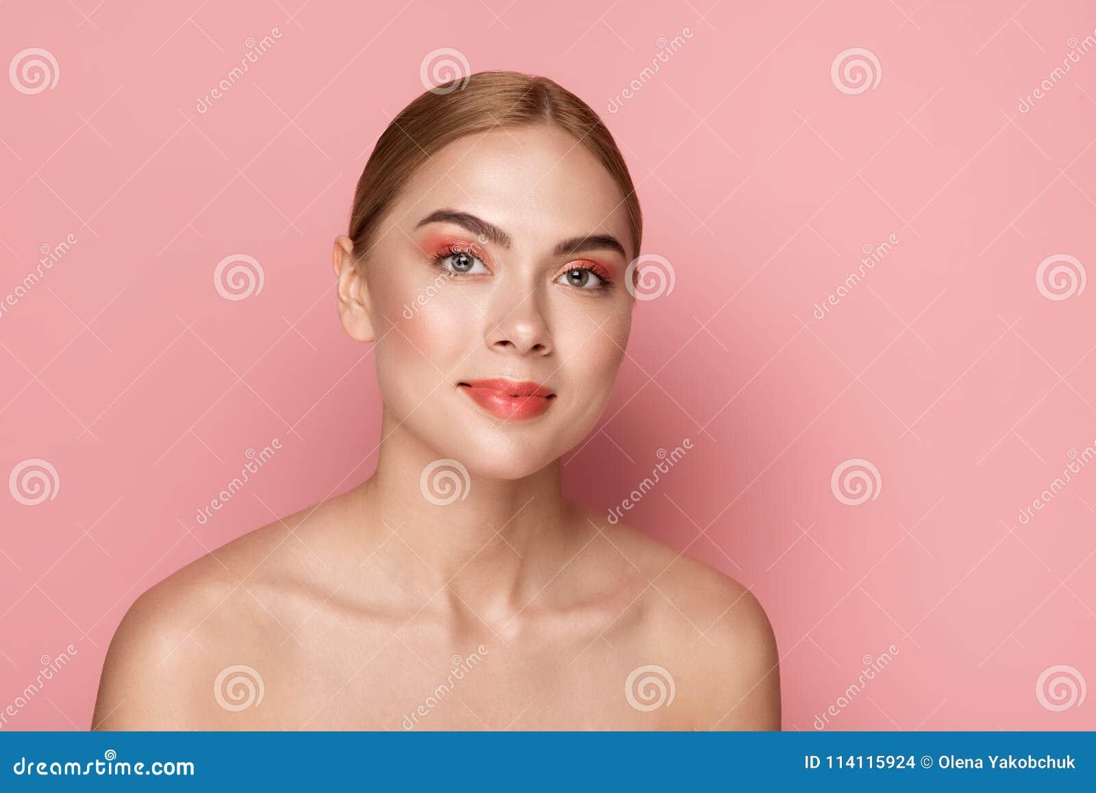 Donna sorridente con trucco quotidiano
