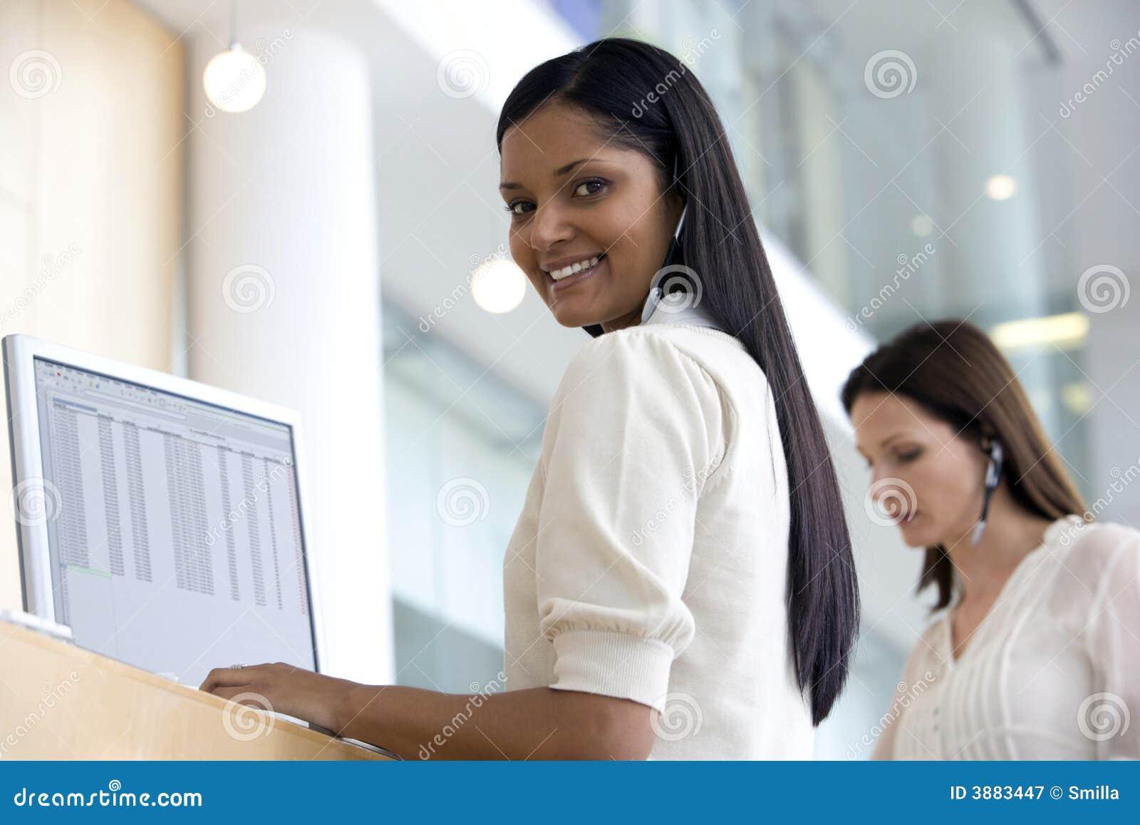 Donna sorridente della call center