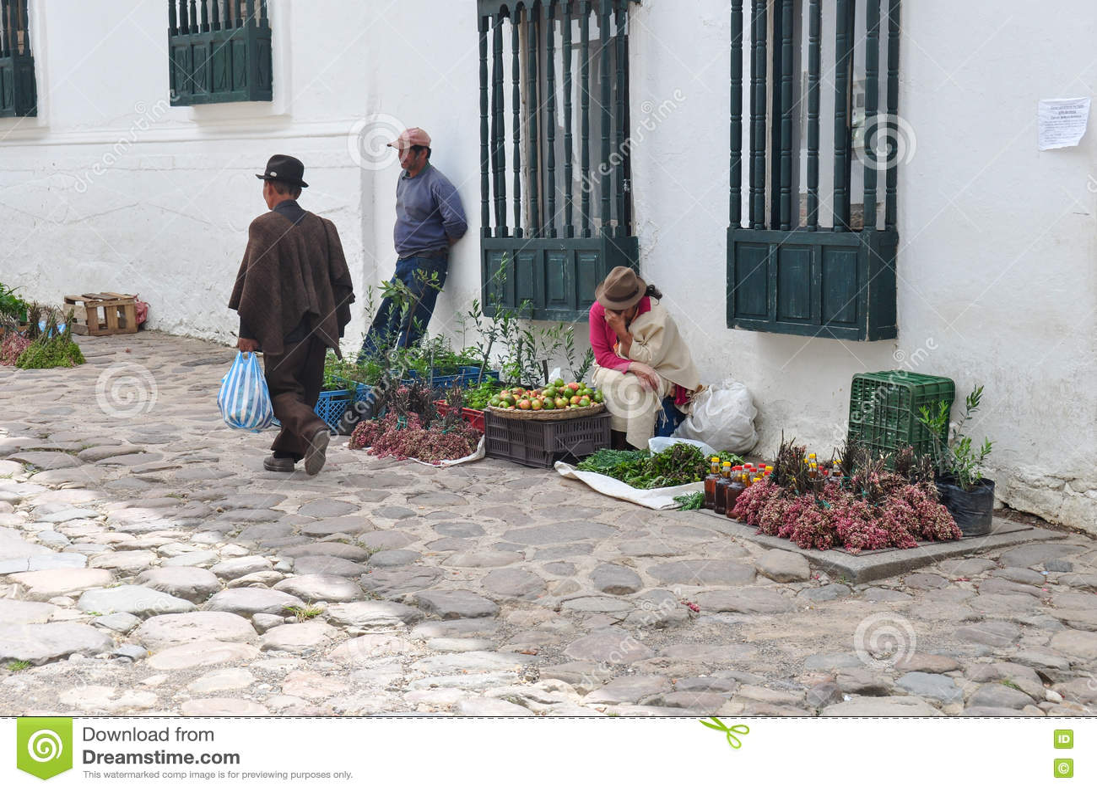 Donna stanca che vende le merci in Villa de Leyva, Colombia