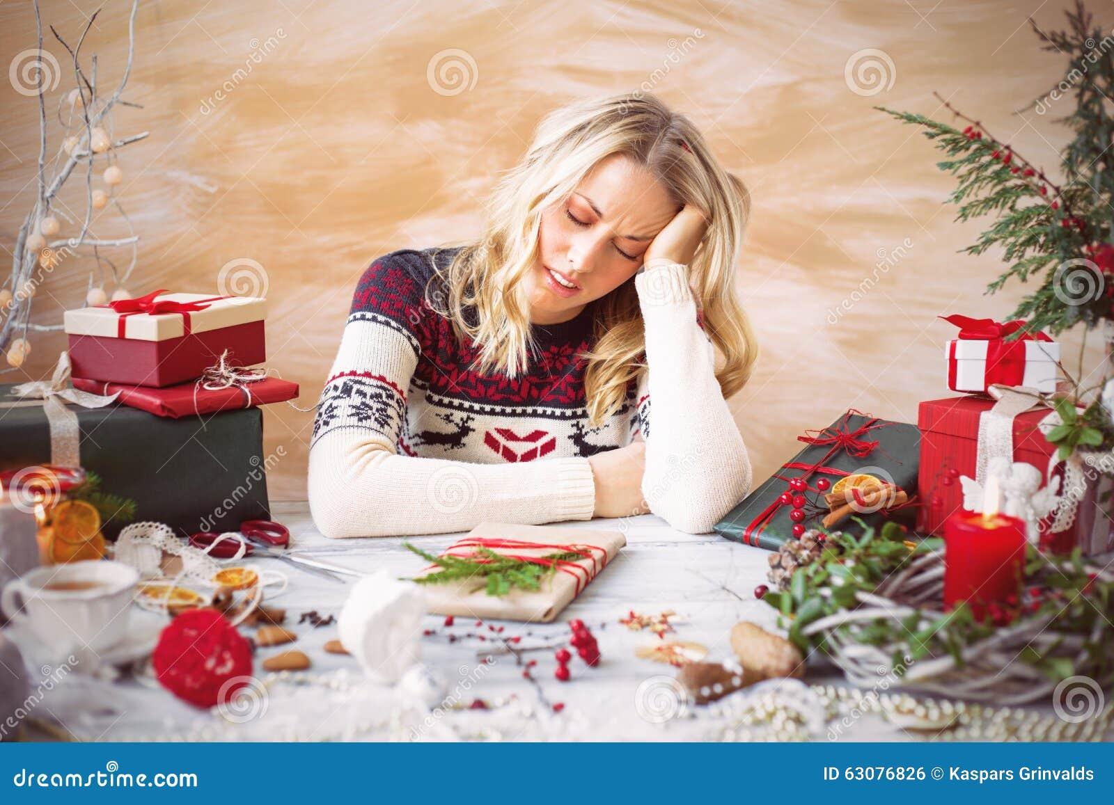 Donna stanca di spostamento di regalo
