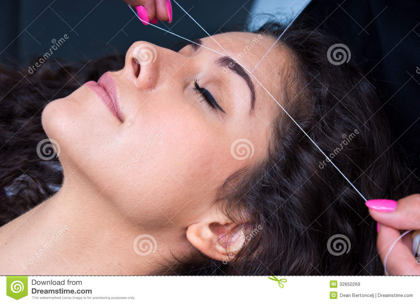 Donna su depilazione facciale che infila procedura