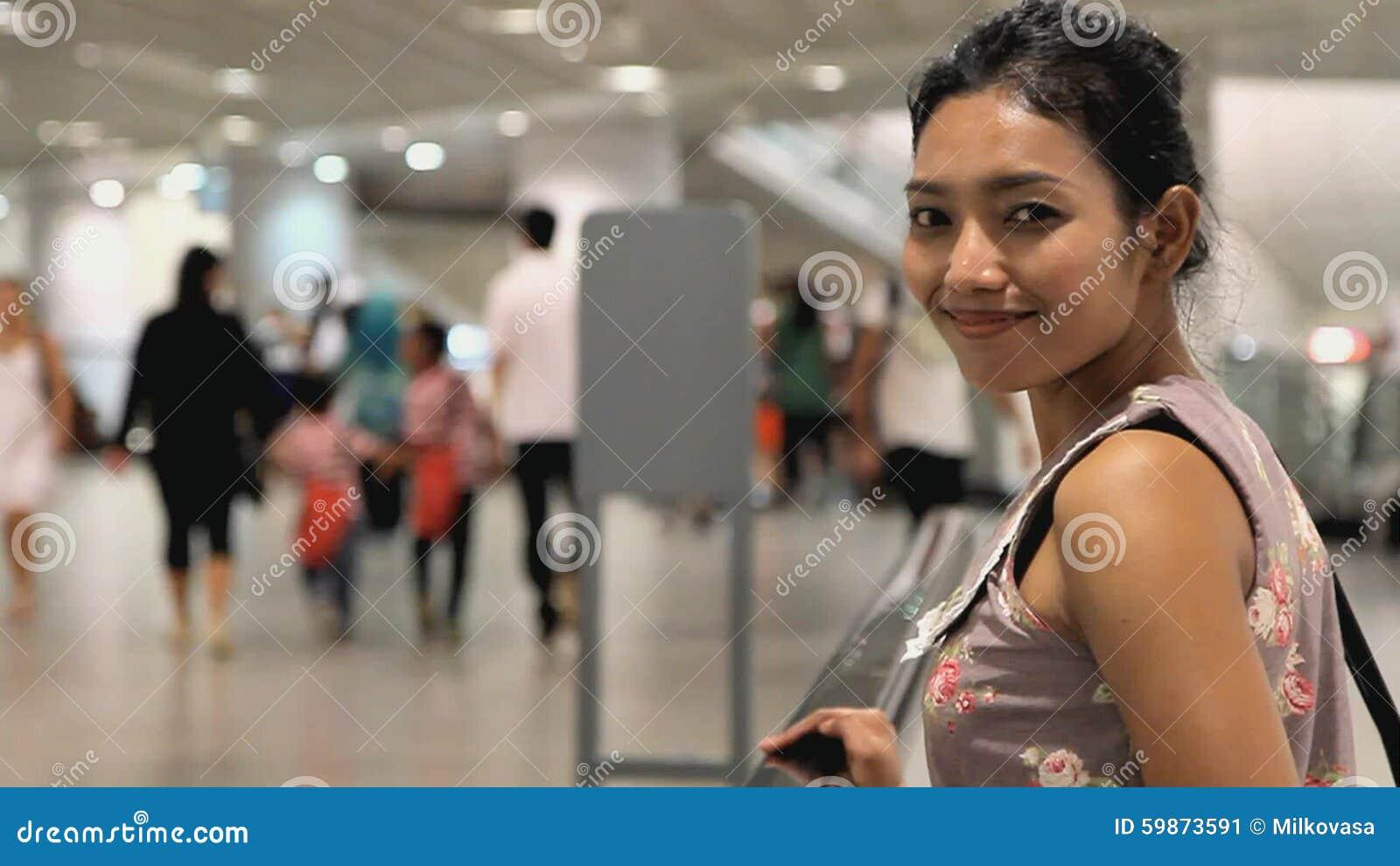 Donna su un passaggio pedonale mobile video d archivio