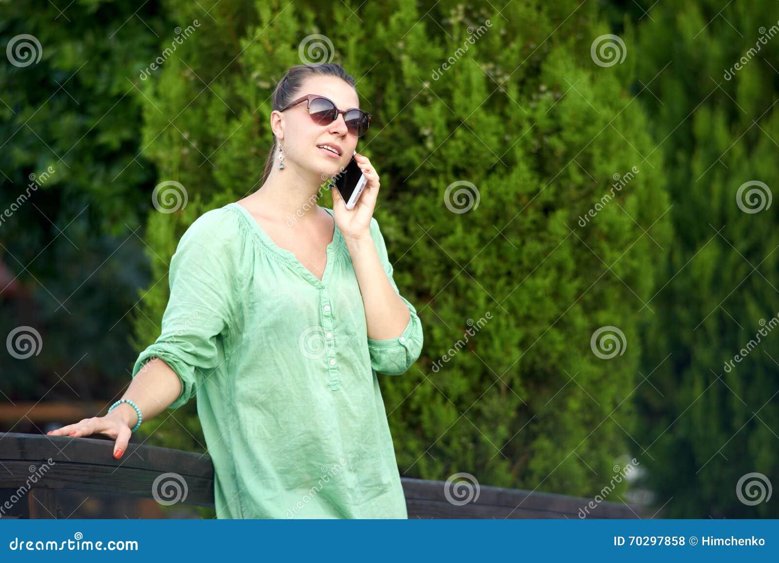 Donna sul ponte che parla sul telefono