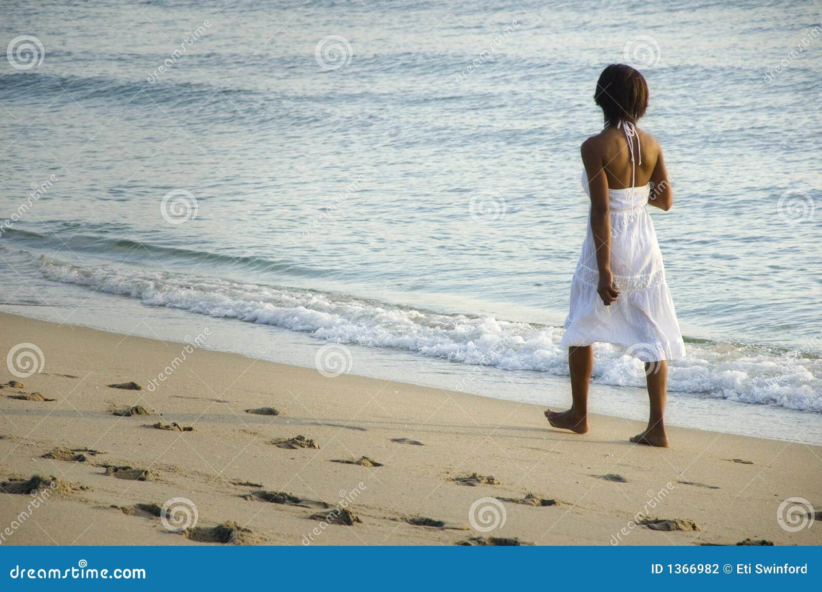 Donna sulla spiaggia.