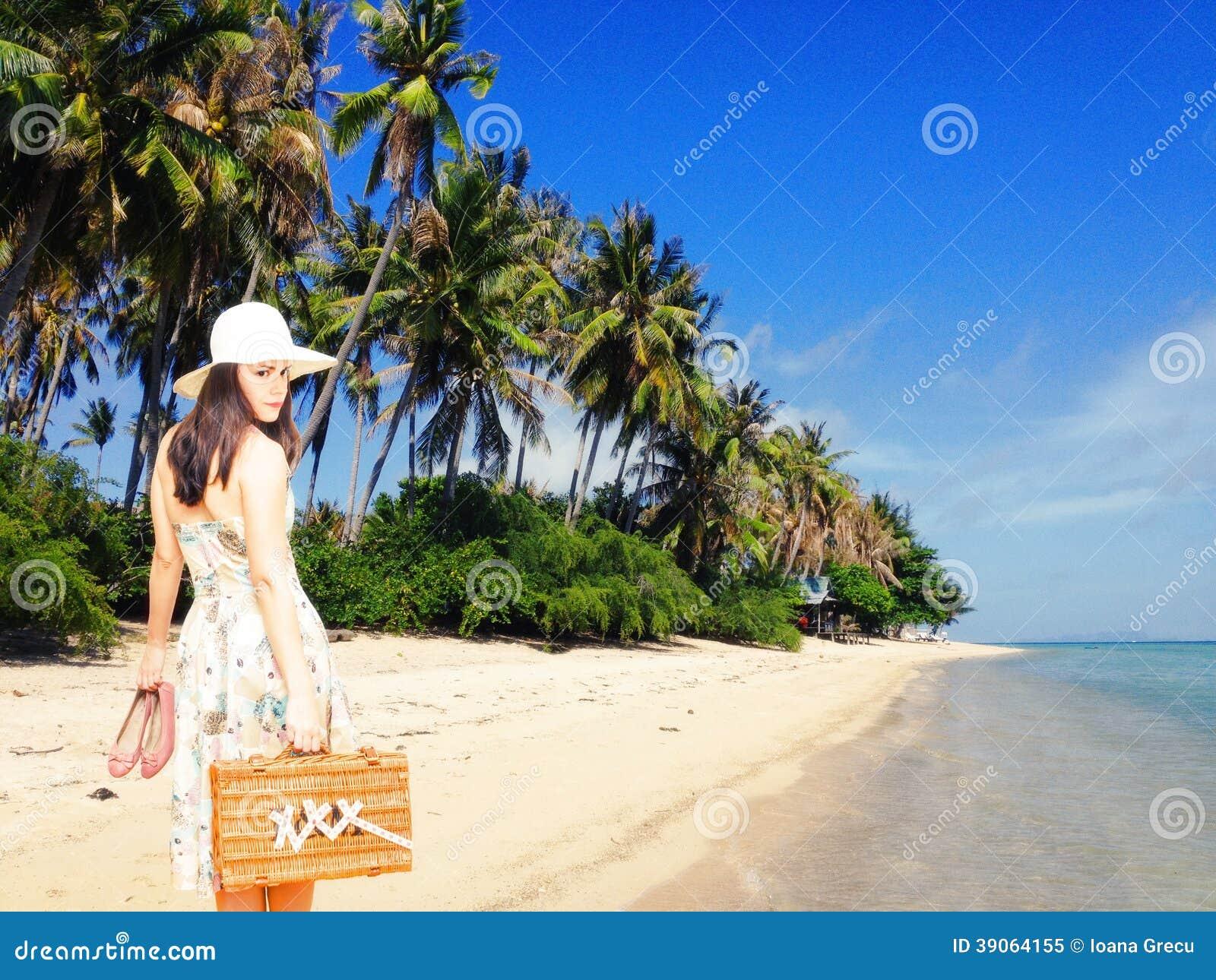 Donna sulla vacanza tropicale
