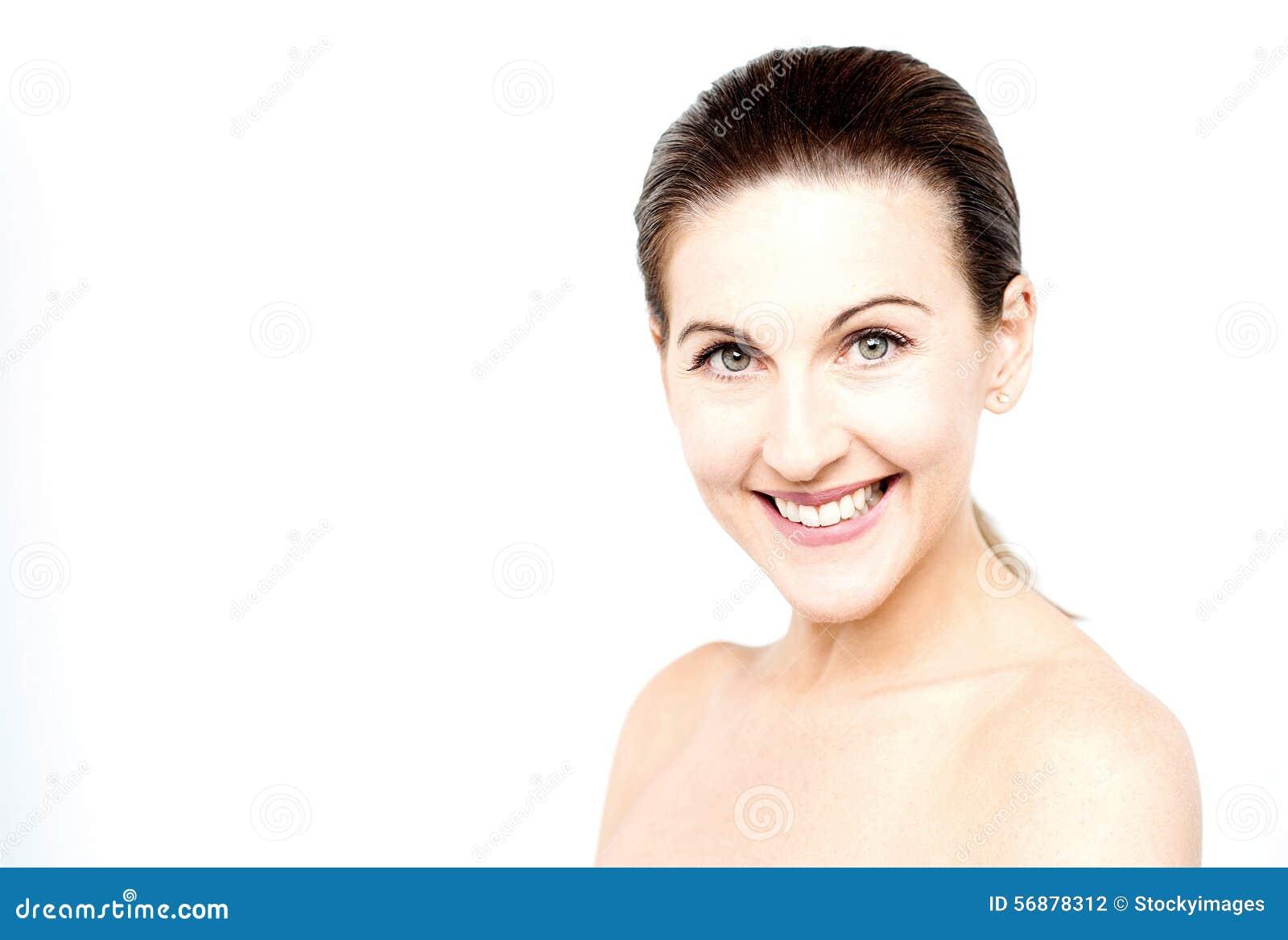 Donna topless che posa alla macchina fotografica