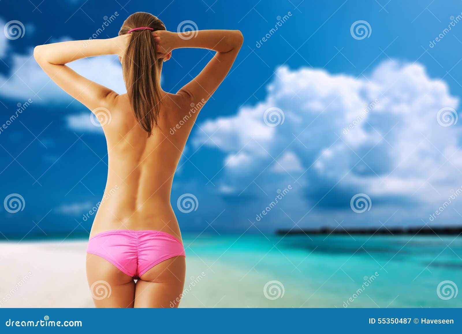 Donna topless sulla bella spiaggia alle Maldive