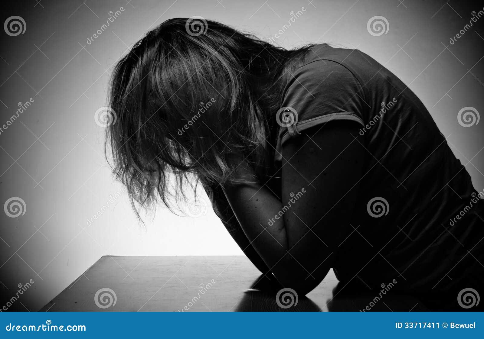 Donna triste che si siede da solo