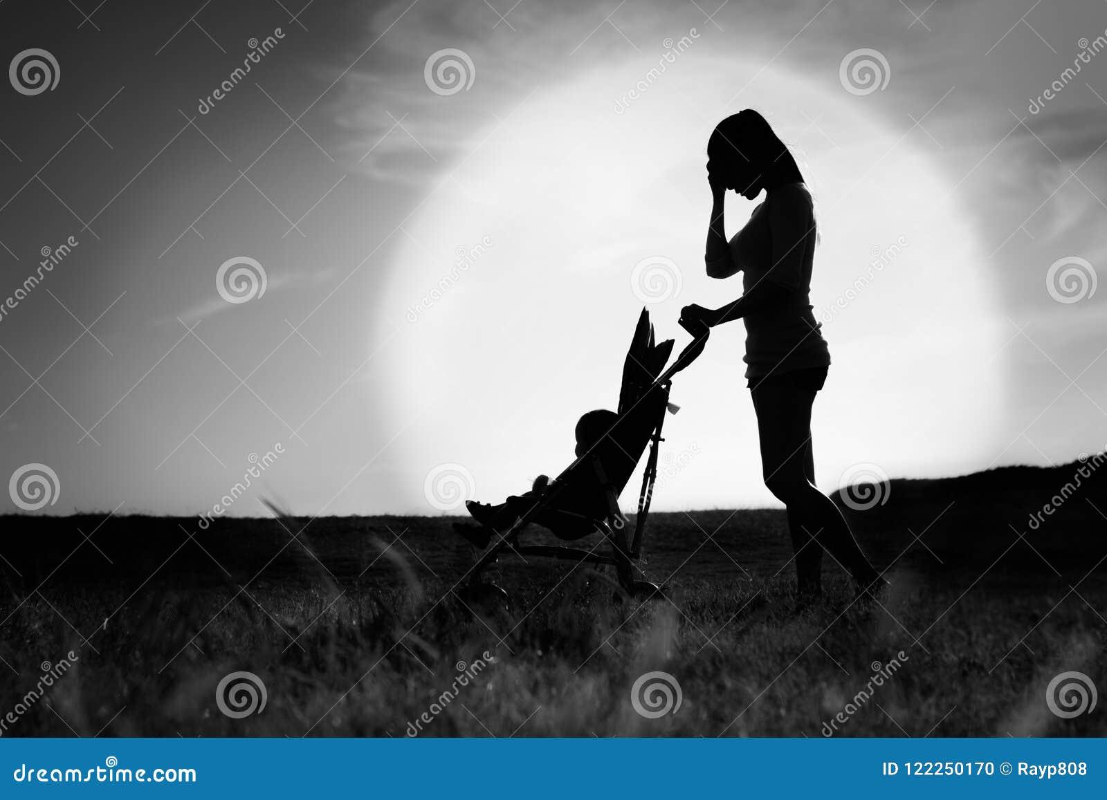 Donna triste depressa di loney Madre che soffre dalla depressione di postpardum