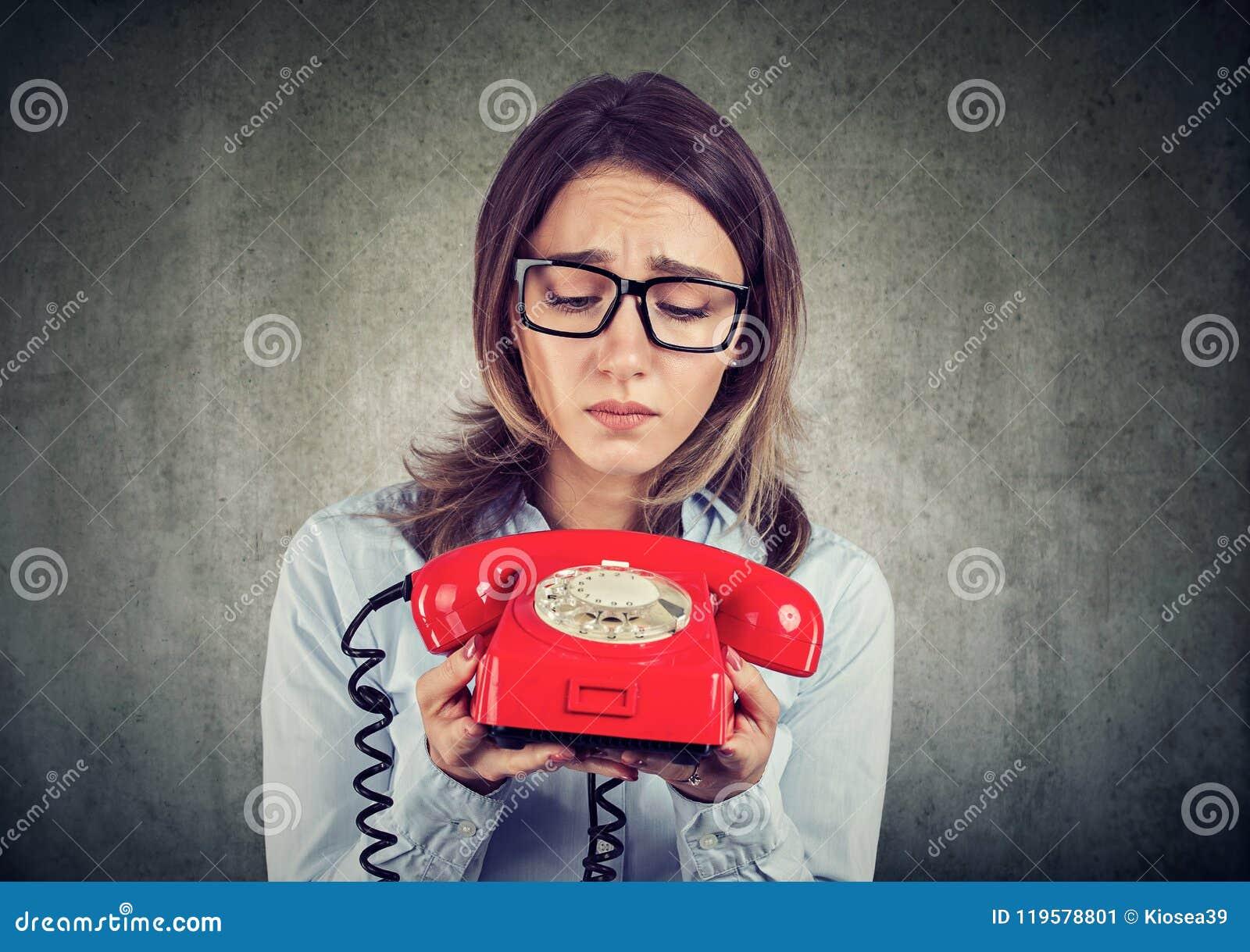 Donna triste di affari che aspetta una telefonata