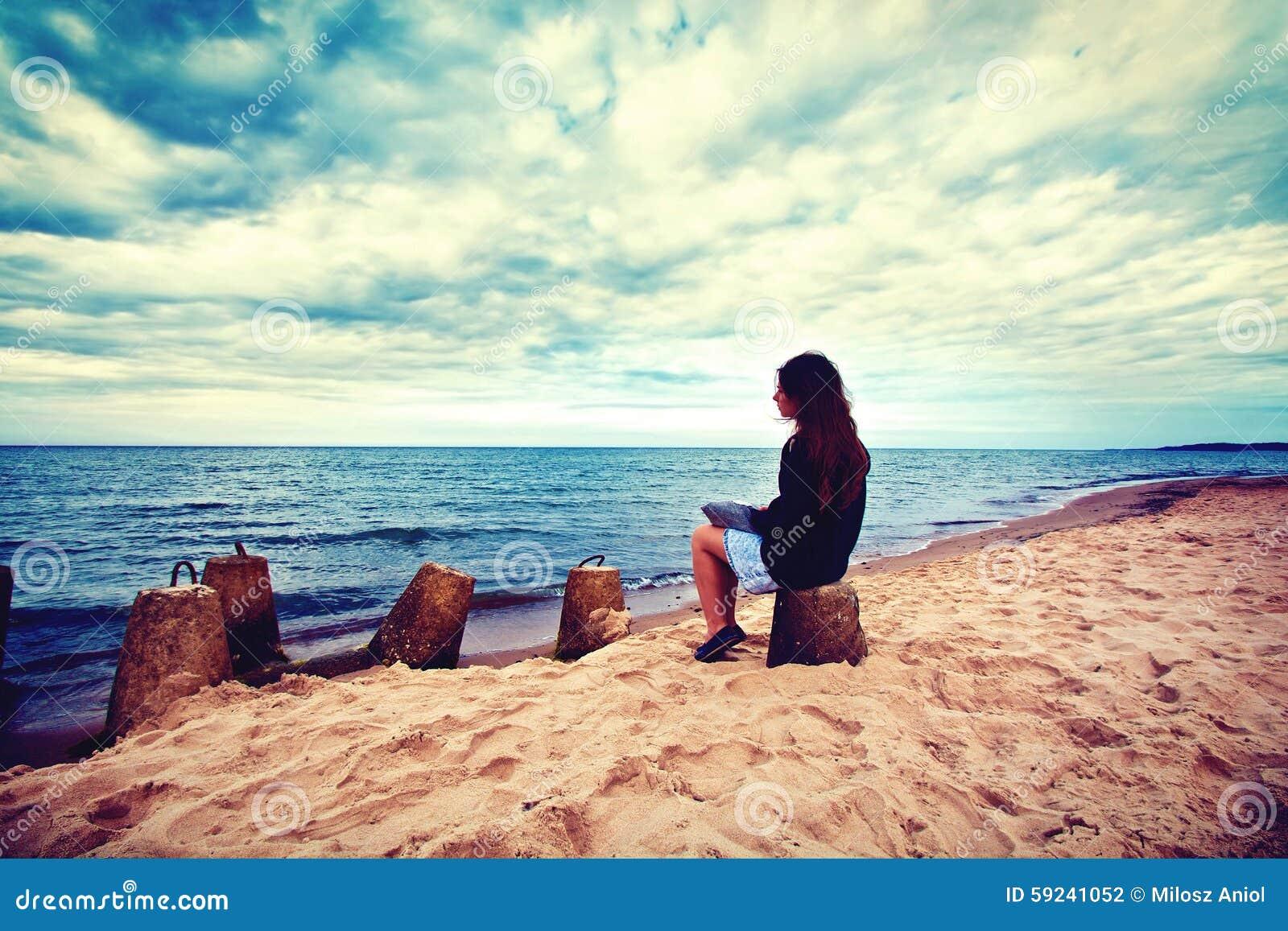 Favori Donna Triste E Sola Che Si Siede Sulla Spiaggia Fotografia Stock  YG01