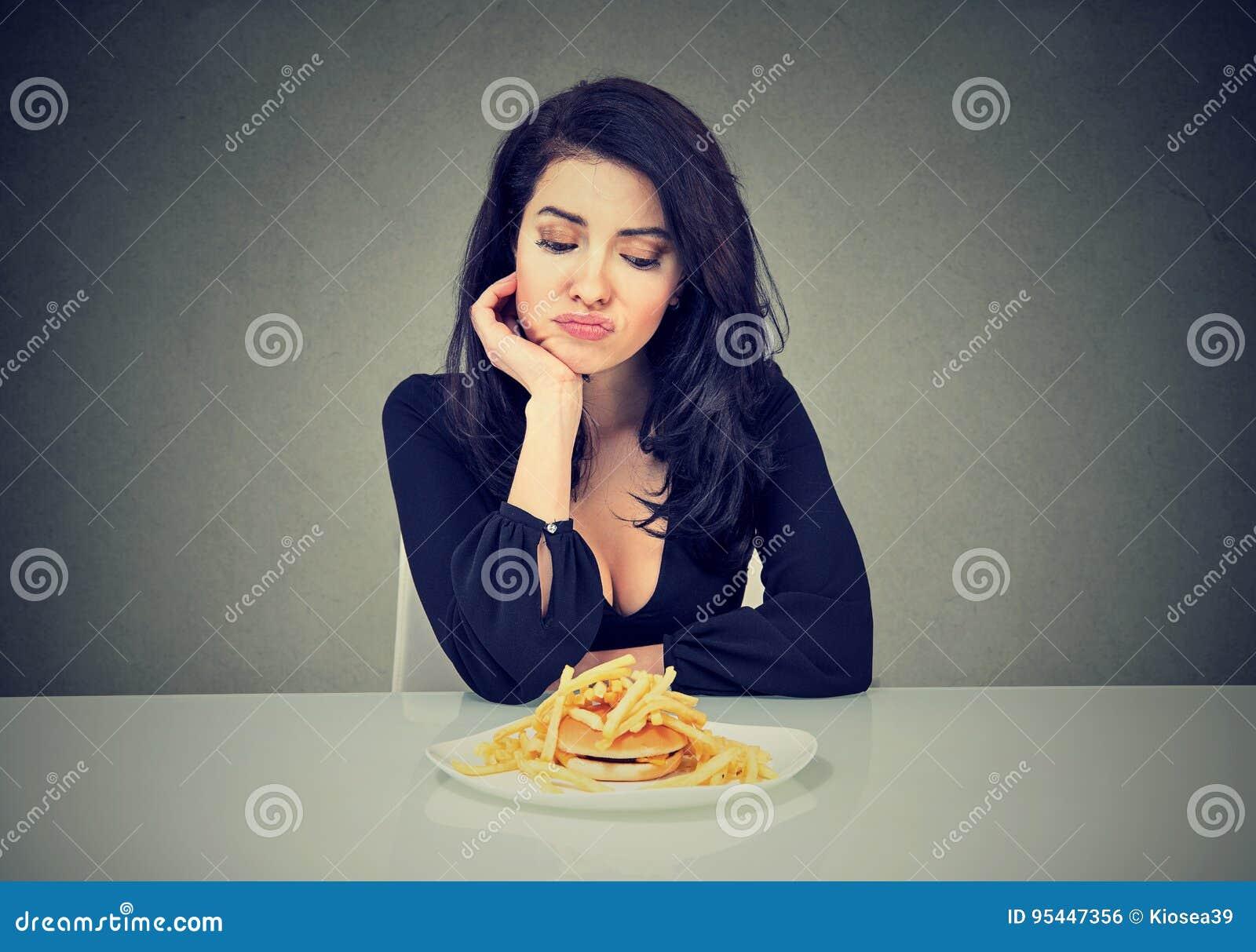 Donna triste sulla dieta che ha bisogno per gli alimenti a rapida preparazione