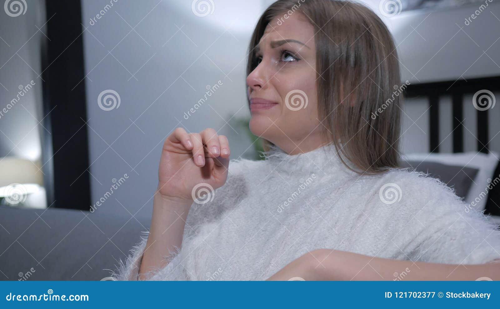 Donna triste turbata che grida, strappi nei suoi occhi