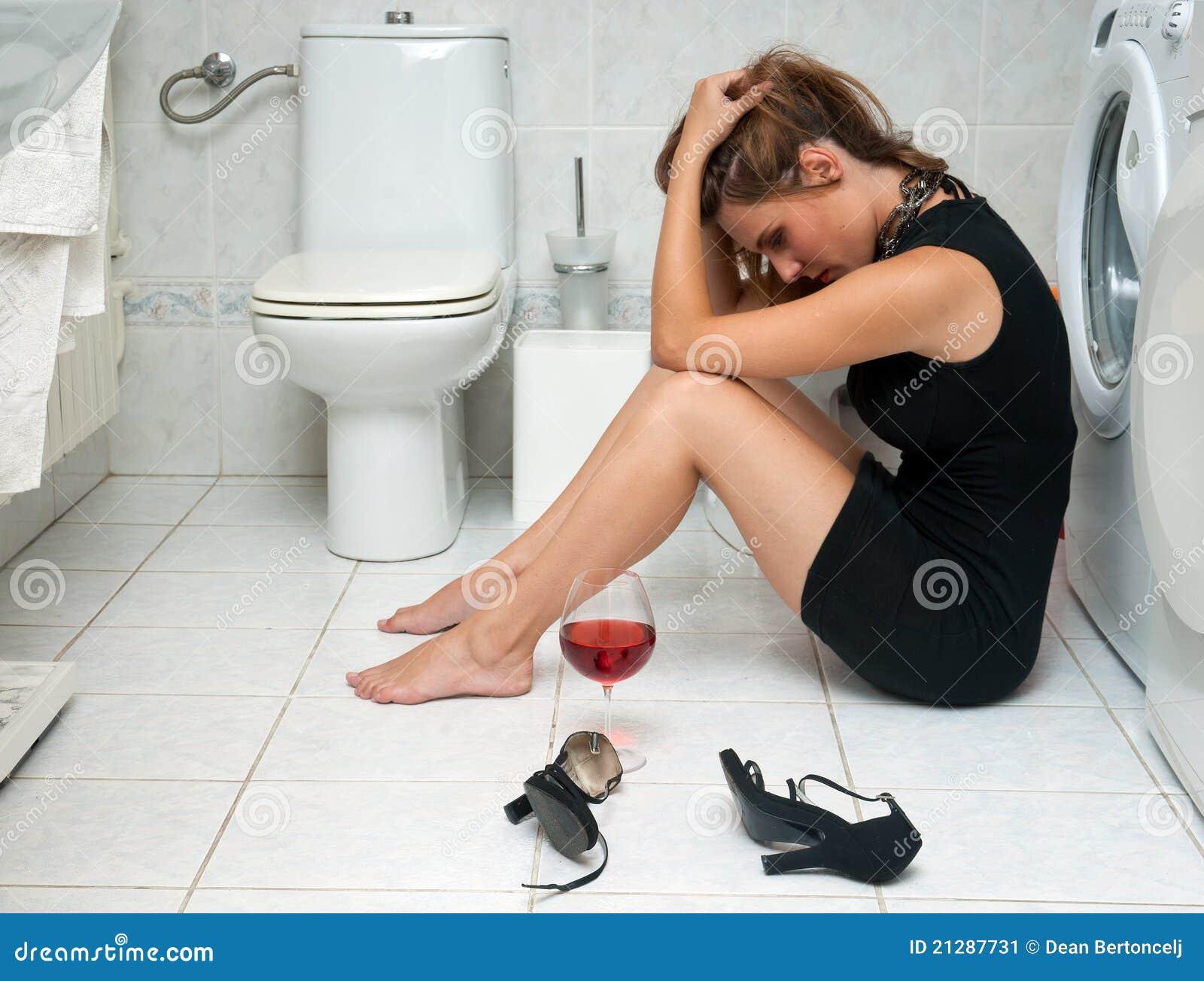 Donna ubriaca nella sua stanza da bagno