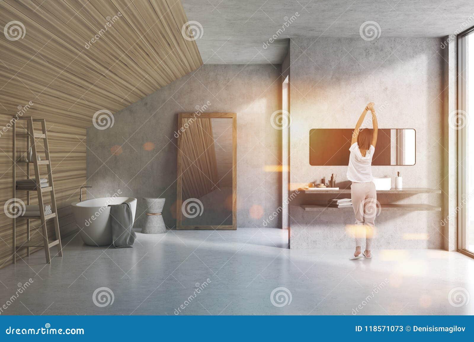 Bagno Legno E Grigio : Donna in un bagno grigio e di legno della soffitta immagine stock