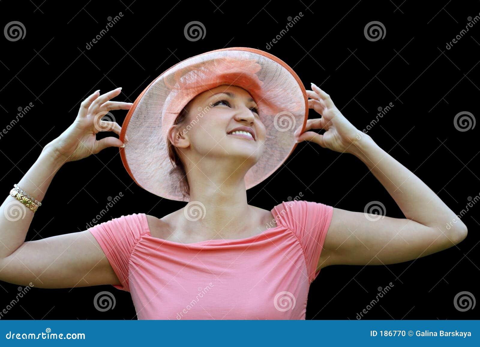 Donna in un cappello di paglia dentellare