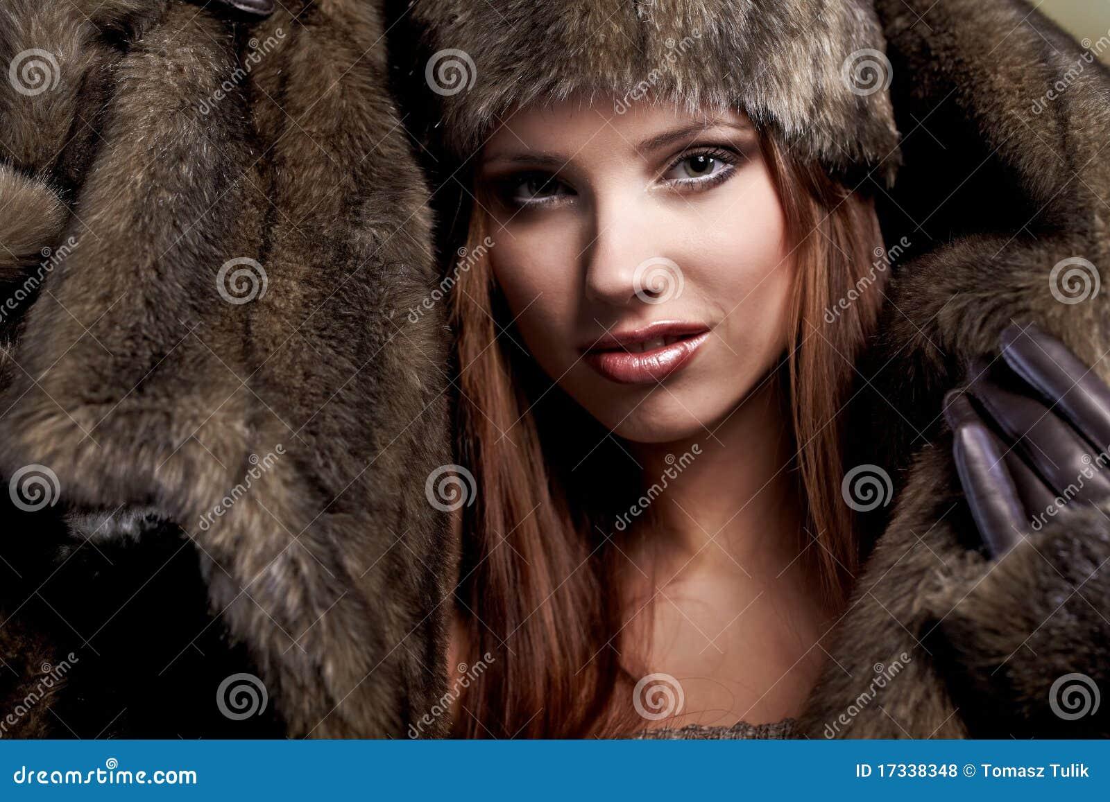 Donna in un cappotto di pelliccia