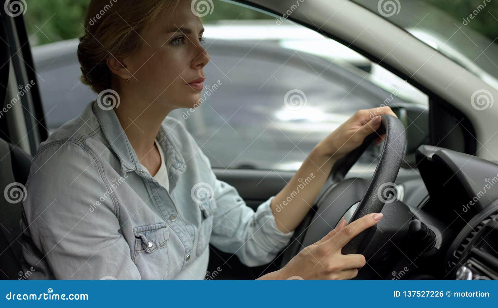 Donna Unbelted che determina automobile, rischio di incidente, il codice stradale ed i regolamenti