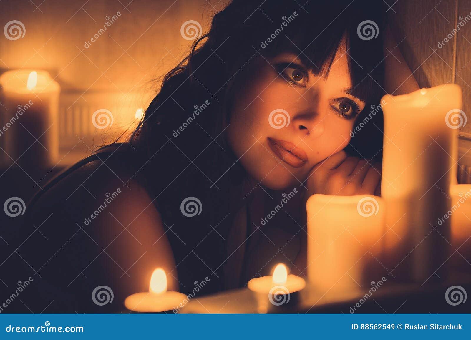 Vasca Da Bagno Romantica Con Candele : Vasca da bagno moderno con candele accese intorno foto immagine