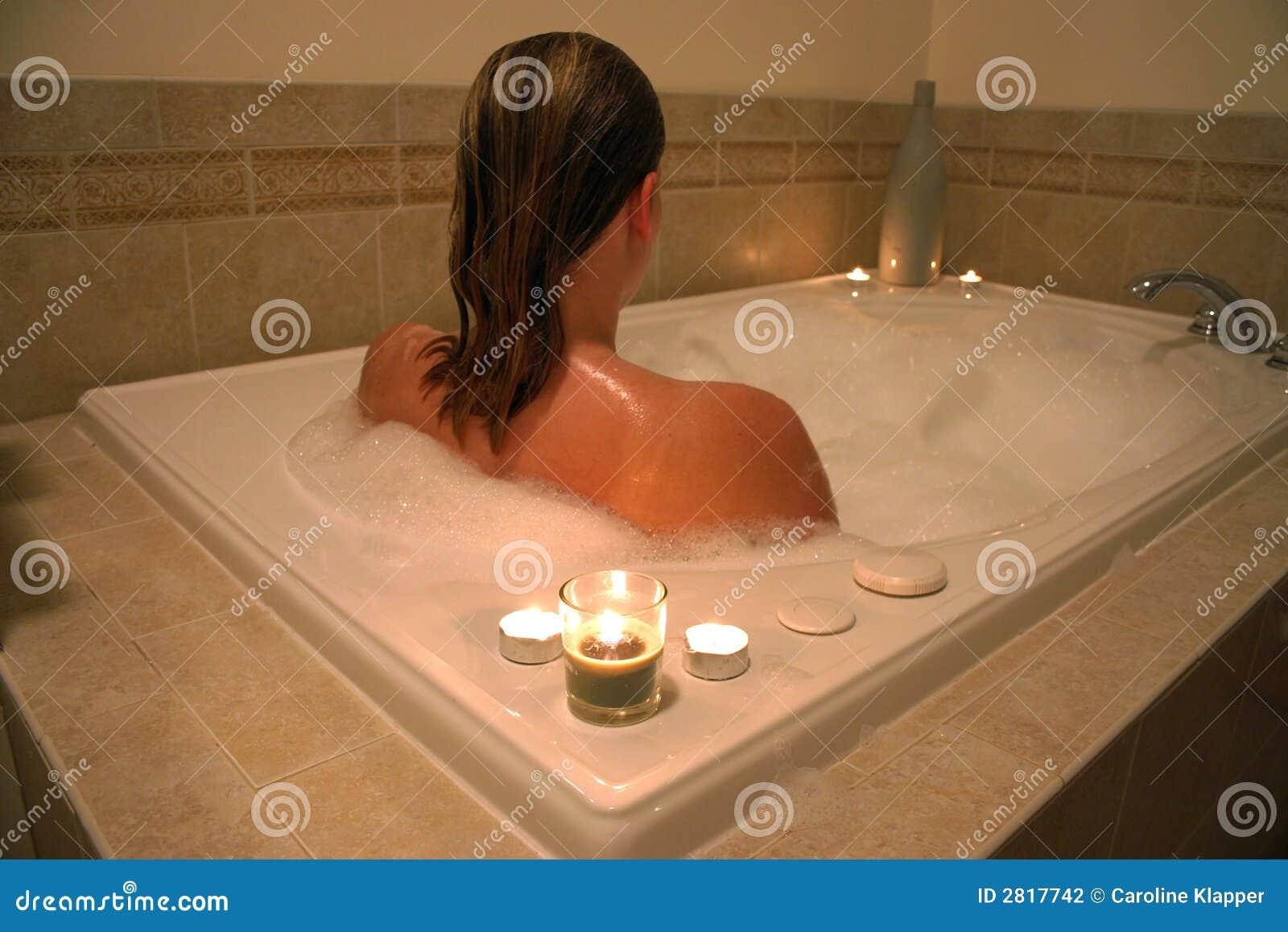Donna in vasca da bagno fotografia stock. Immagine di godere - 2817742