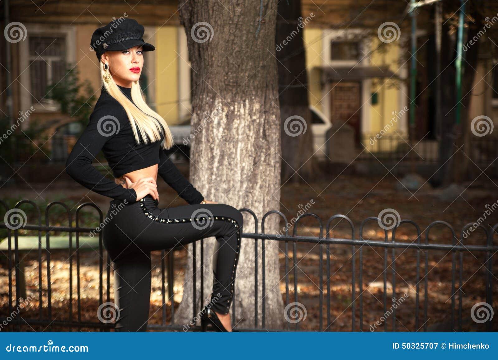 Donna in vestiti neri