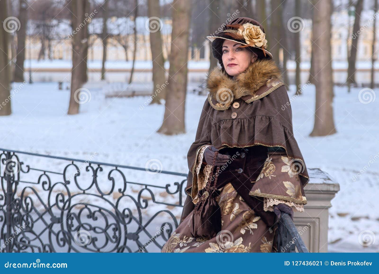 Donna in vestiti vittoriani