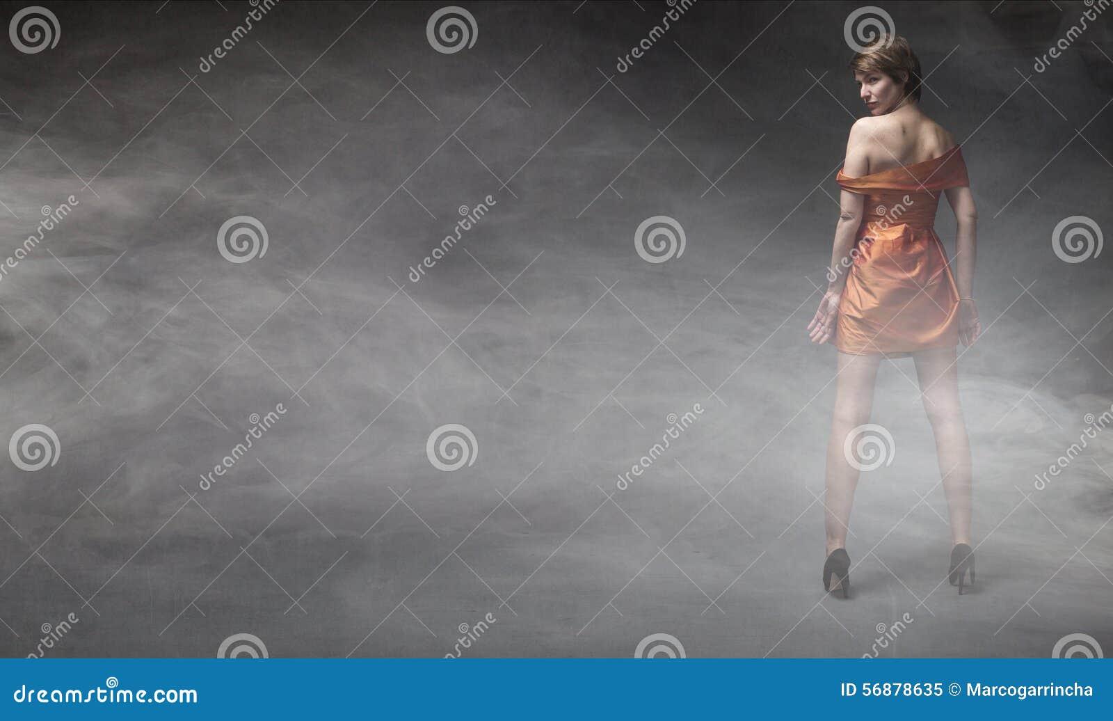 Donna in vestito arancione