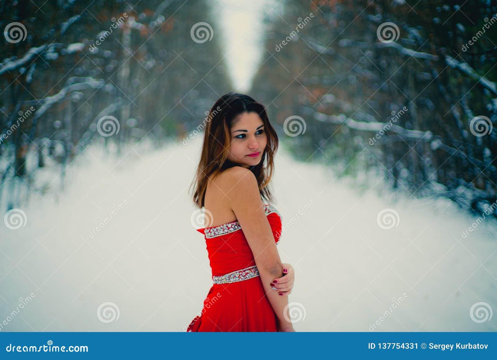 Donna in vestito rosso La Siberia, inverno in foresta, molto fredda