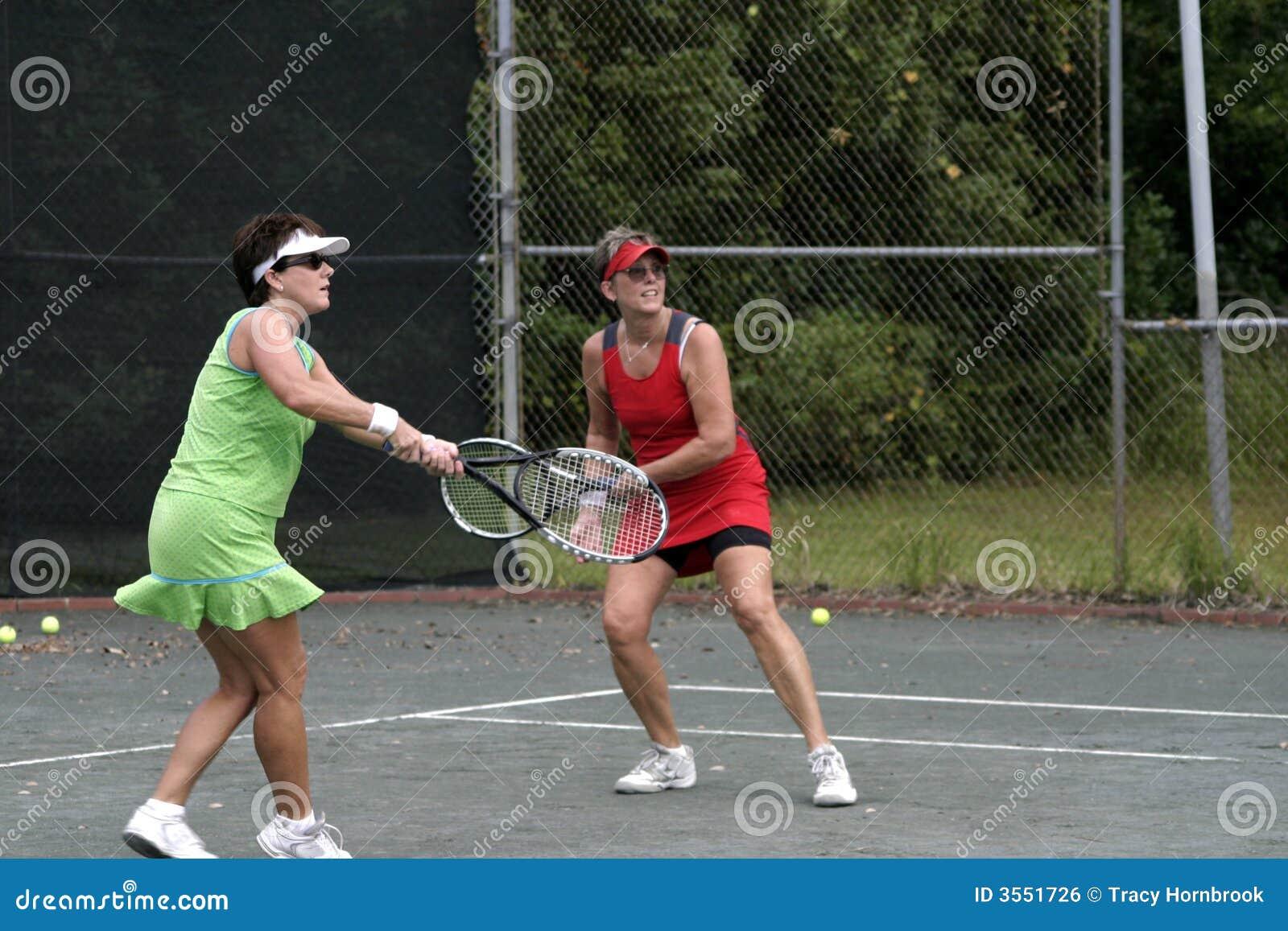 Donne che giocano i doppi