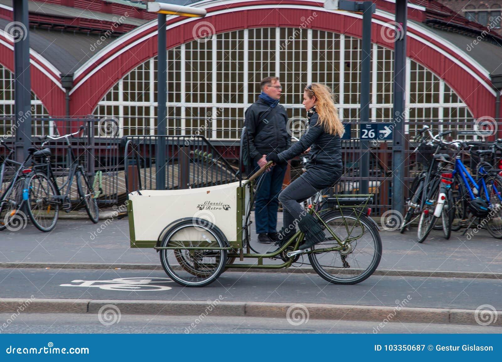 Donne Che Guidano Una Retro Bicicletta Elettrica Fotografia