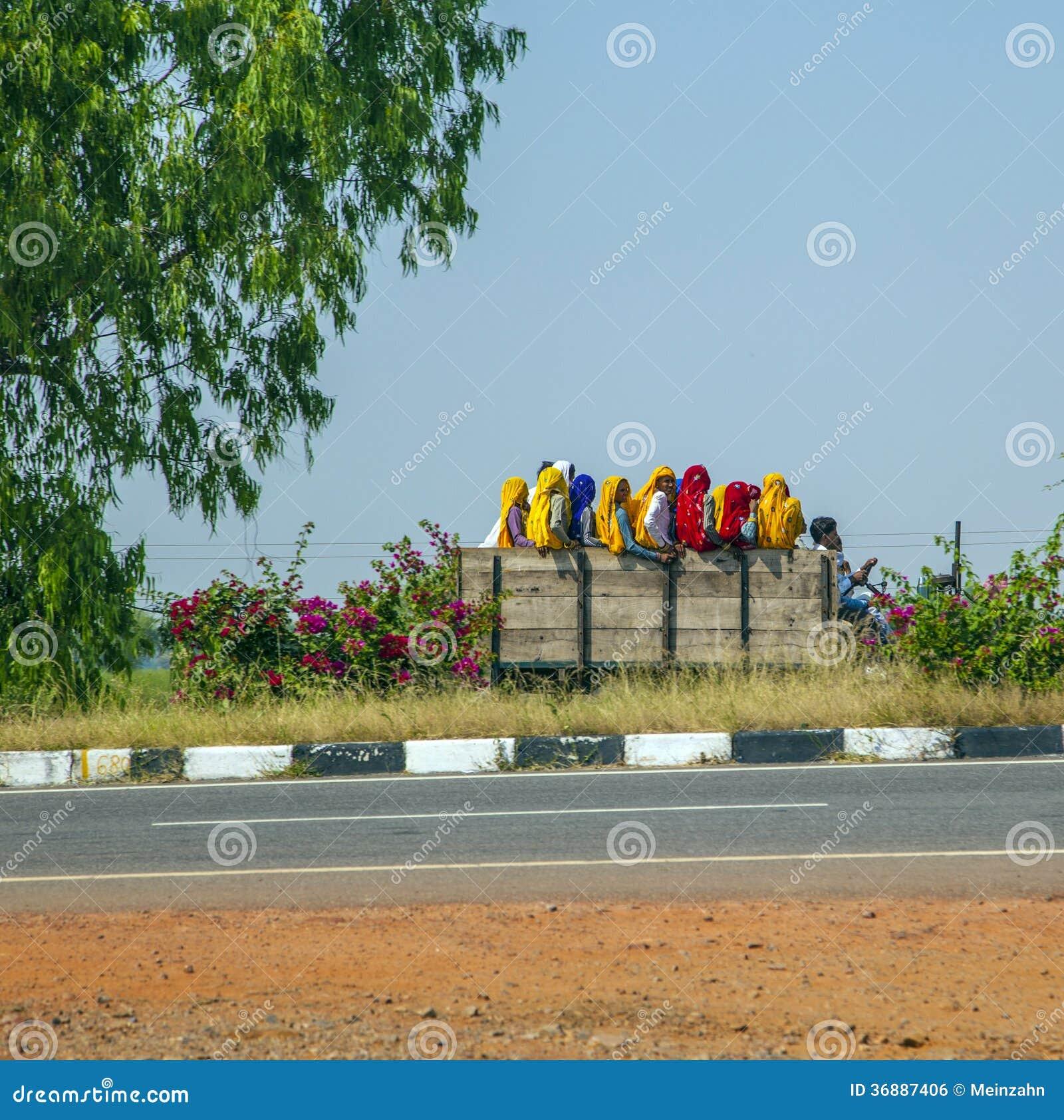 Download Donne Che Si Siedono Su Un Camion Nel Ragiastan, India Fotografia Editoriale - Immagine di piegato, indù: 36887406